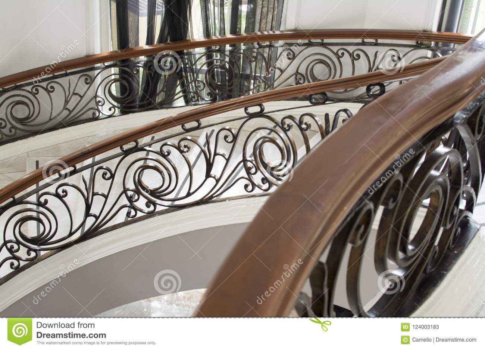 Escaliers De Marbre Avec La Décoration En Bois Et En Acier ...