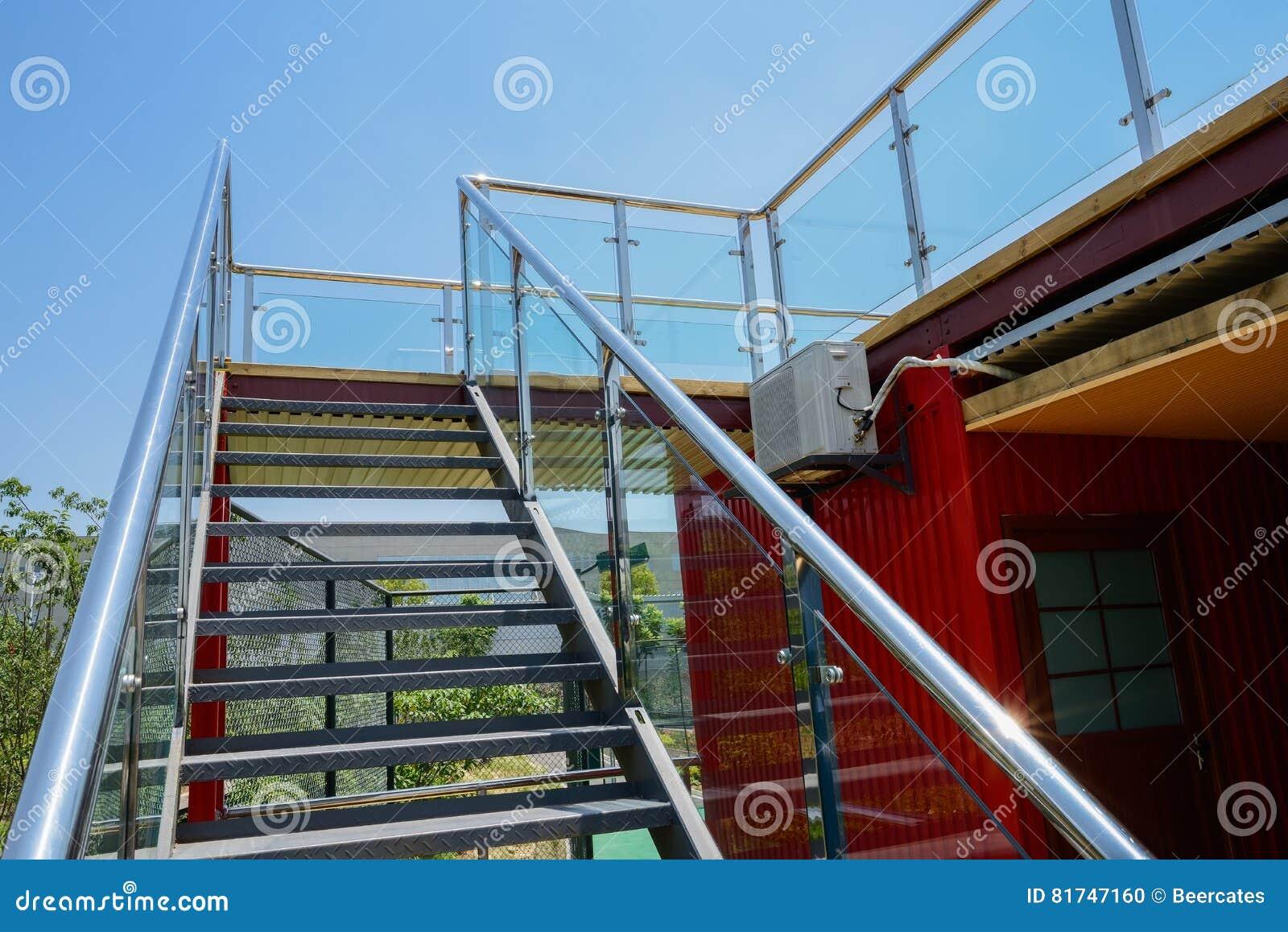 Escaliers En Acier De Verre-balustraded Pour Couvrir La Terrasse Du ...