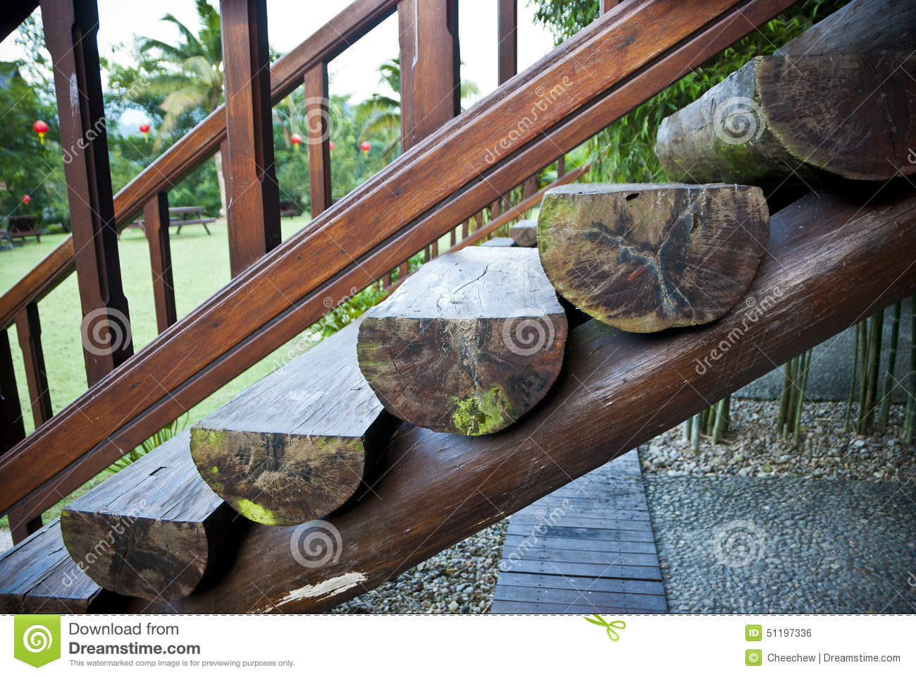 Escaliers en bois de rondins photo stock image du logs for Escalier rondin bois