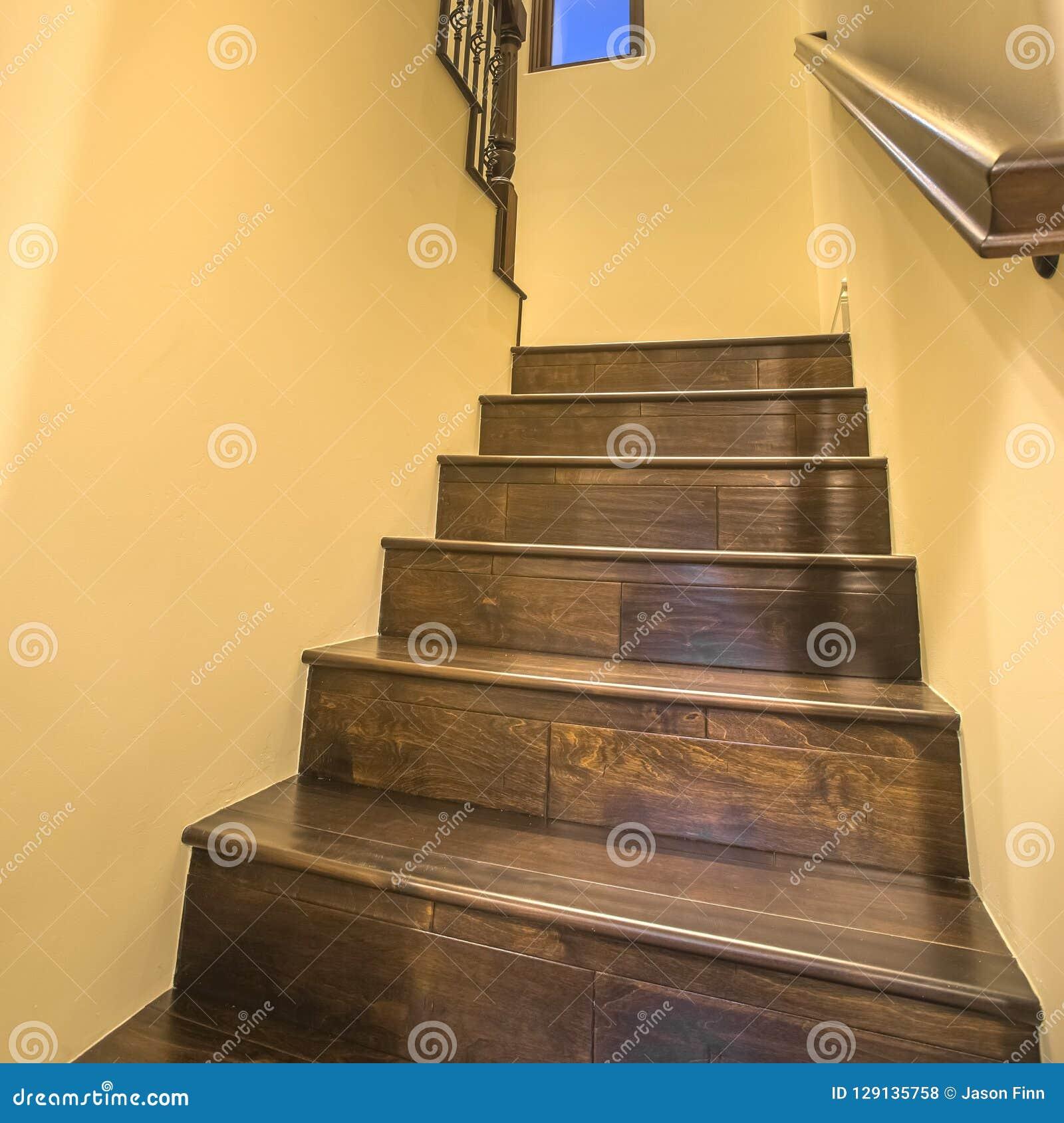 Escaliers En Bois Intérieurs Menant Au Plancher Supérieur Photo ...