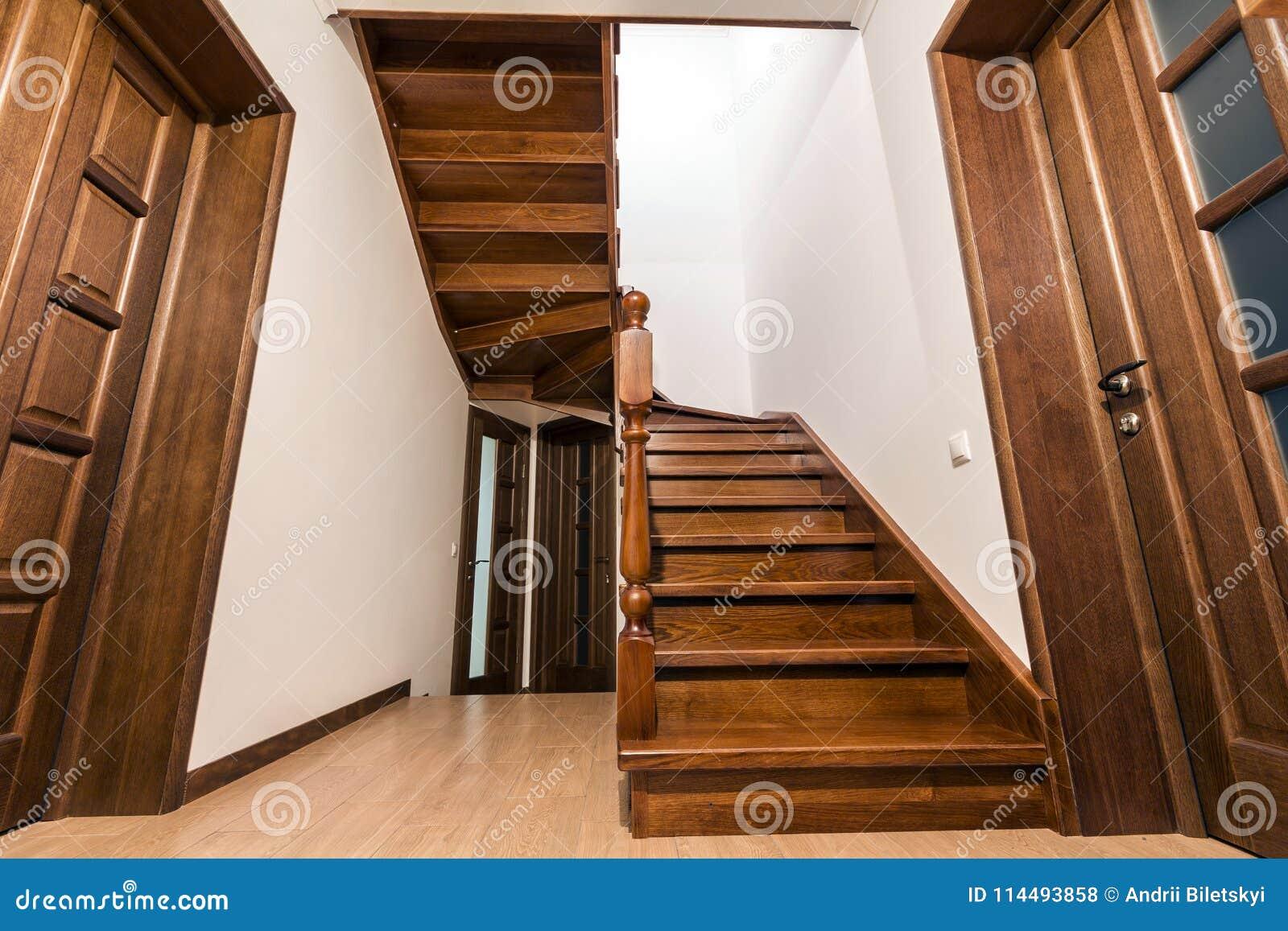 Escaliers En Bois Modernes Et Portes De Chêne Brun Dans La ...
