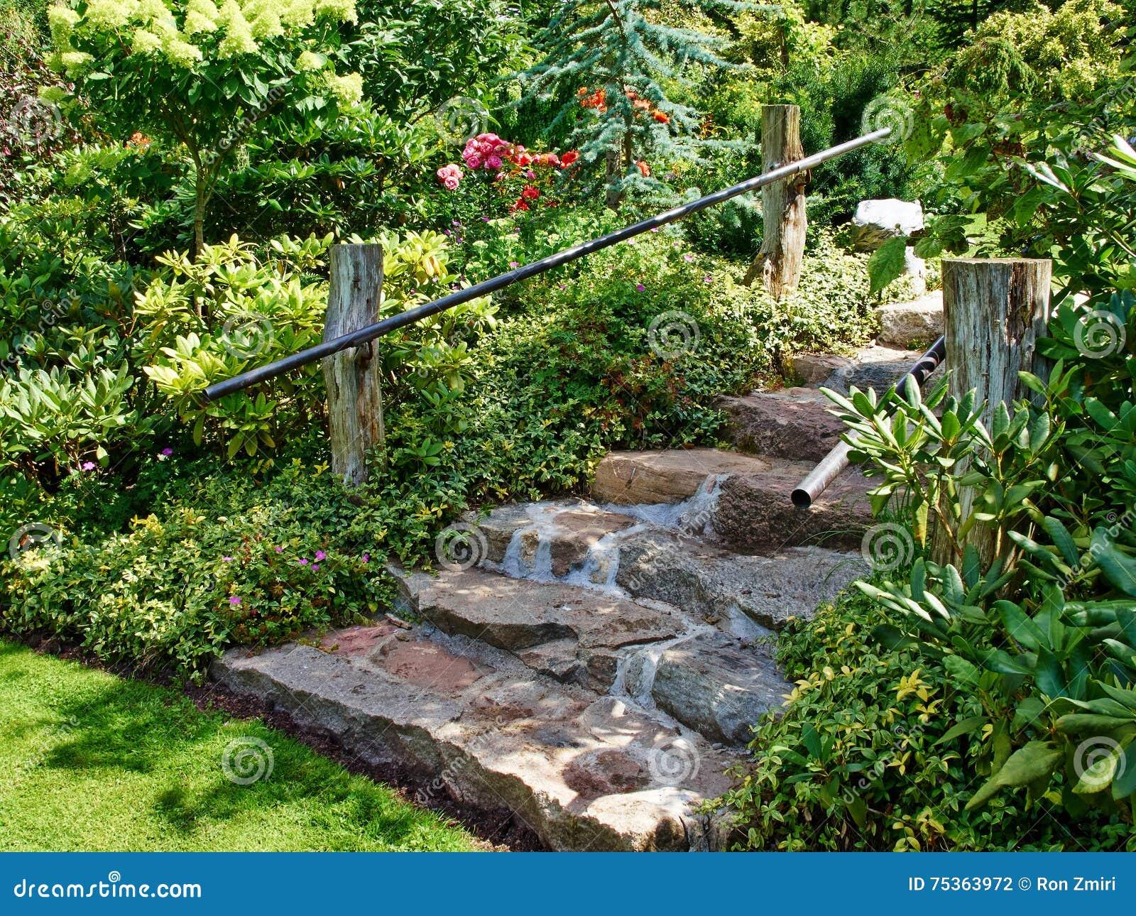 Escaliers En Pierre Naturels Aménageant En Parc Dans Le Jardin Photo ...