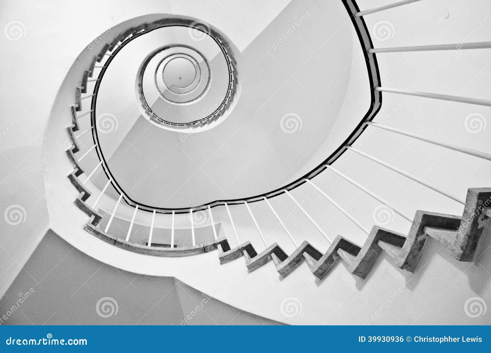 Escaliers en spirale noirs et blancs
