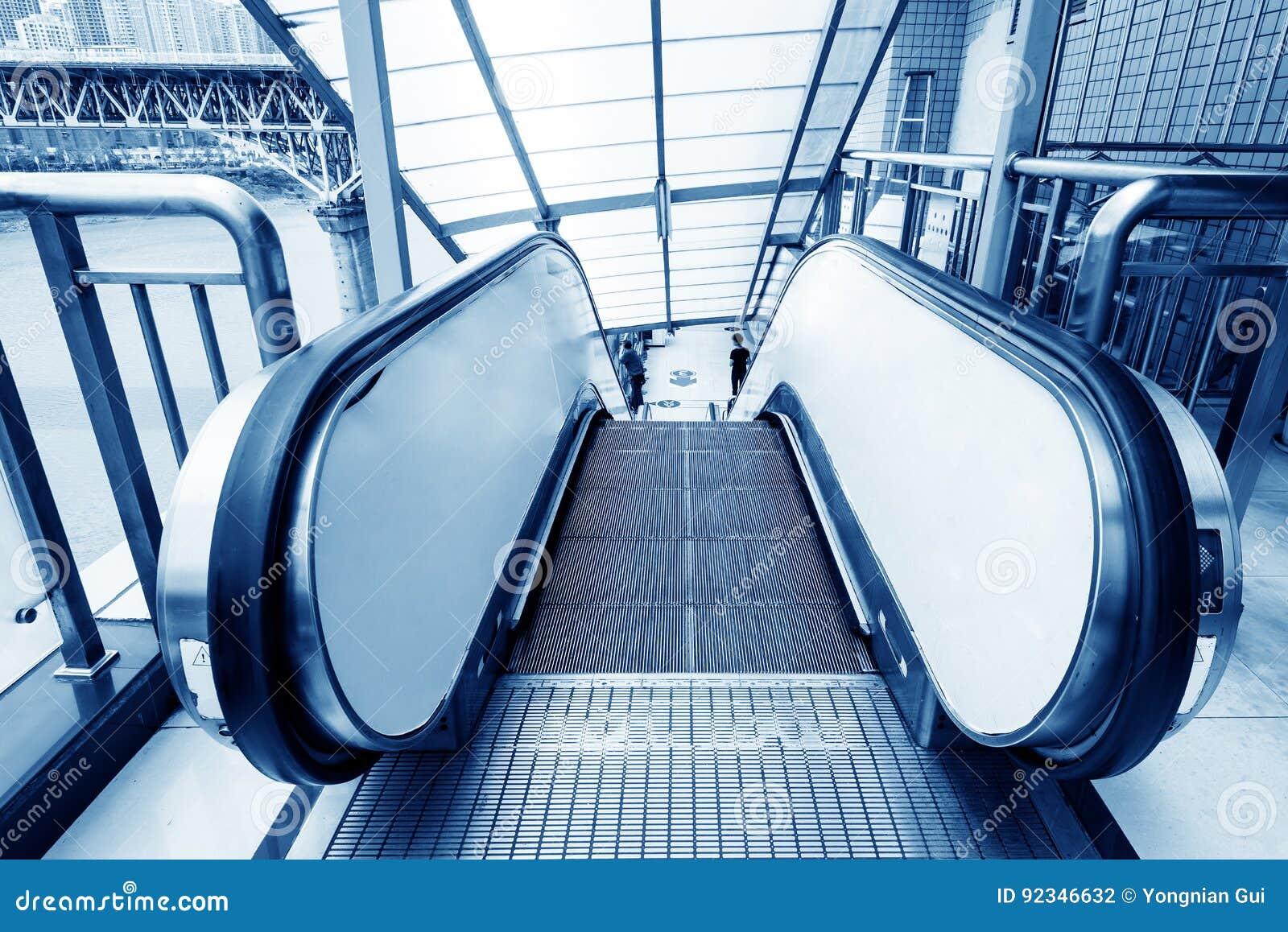 Escaliers et escalators de Hall