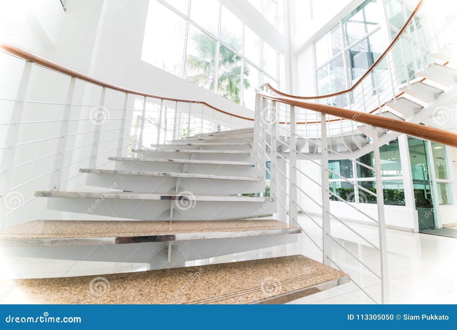 Escaliers Modernes Avec L\'espace Blanc Photo stock - Image du bureau ...