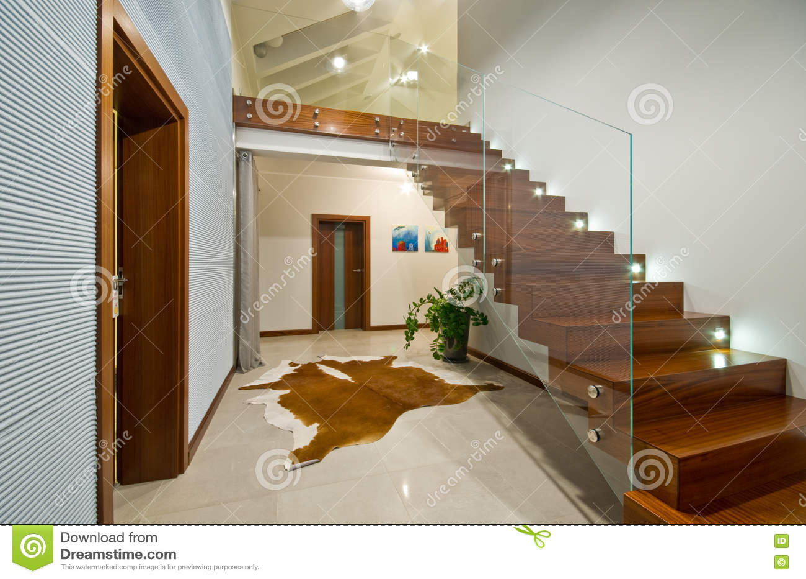 Escaliers Modernes Avec La Balustrade En Verre Photo stock - Image ...