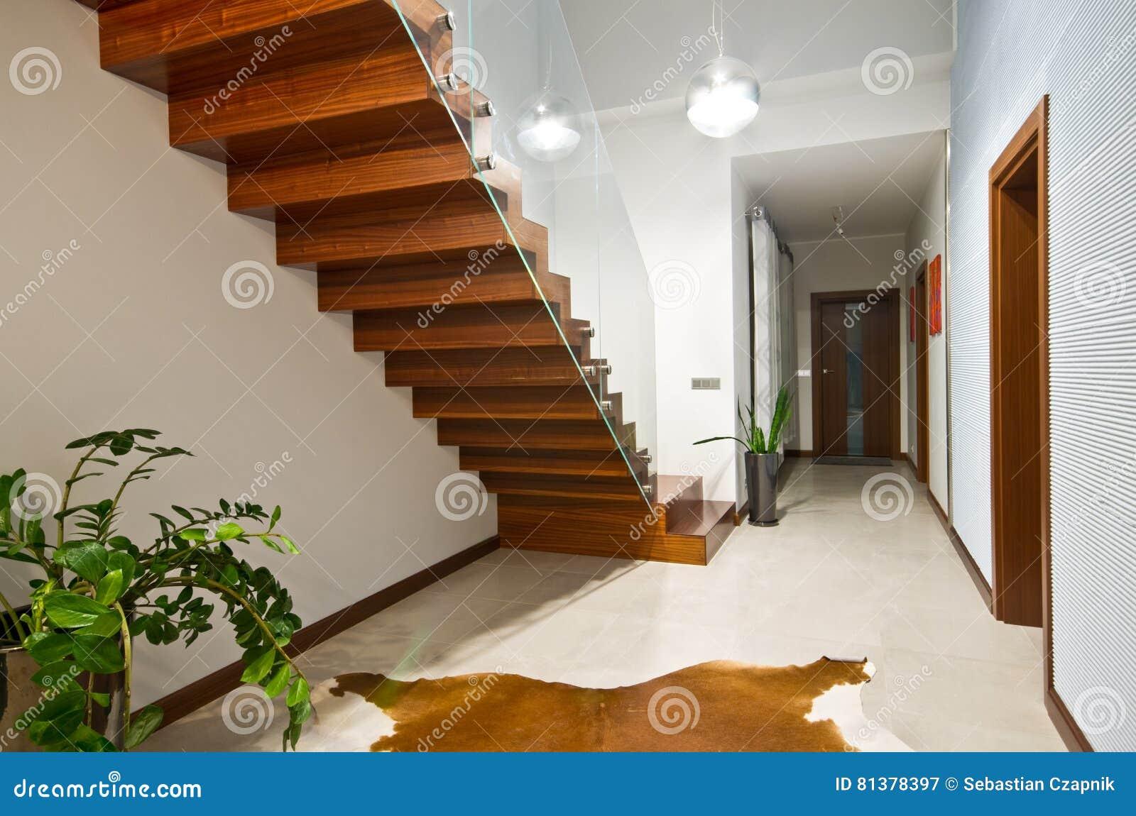Escaliers Modernes Avec La Balustrade En Verre Image stock ...