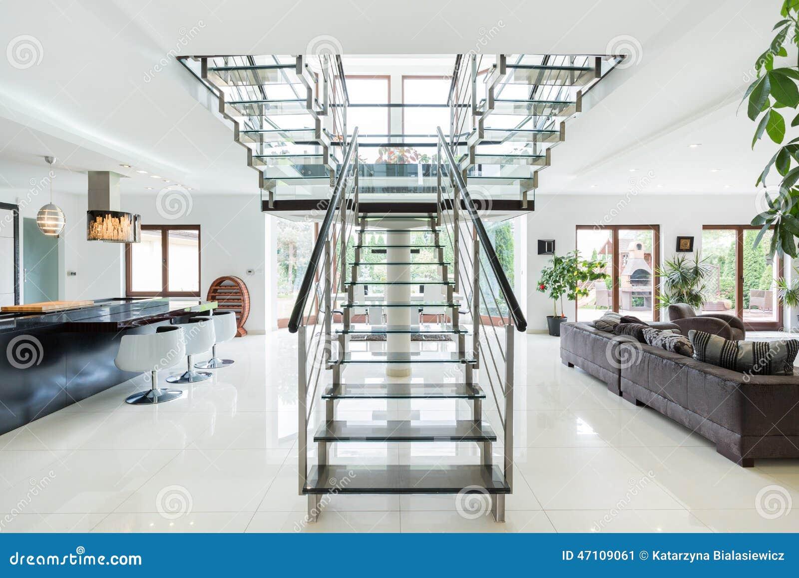 Escaliers modernes en appartement de luxe image stock for Escalier ouvert salon
