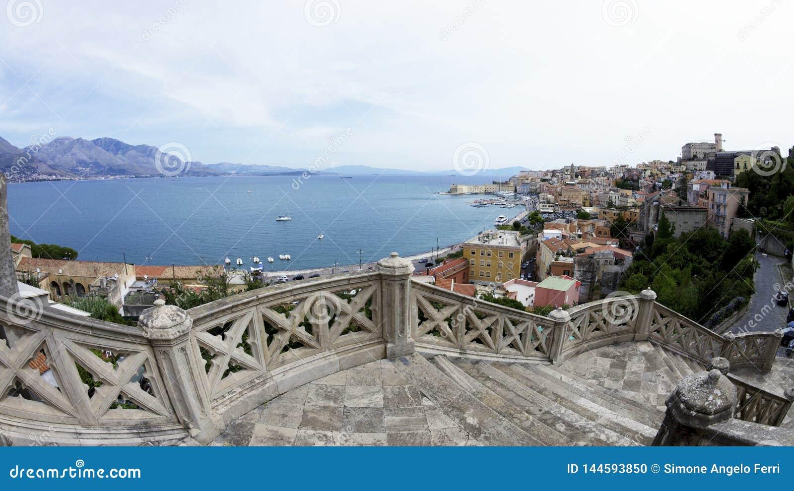 Escaliers vers le bas ? la ville de Gaeta en Italie Vue sur le port et le littoral italien