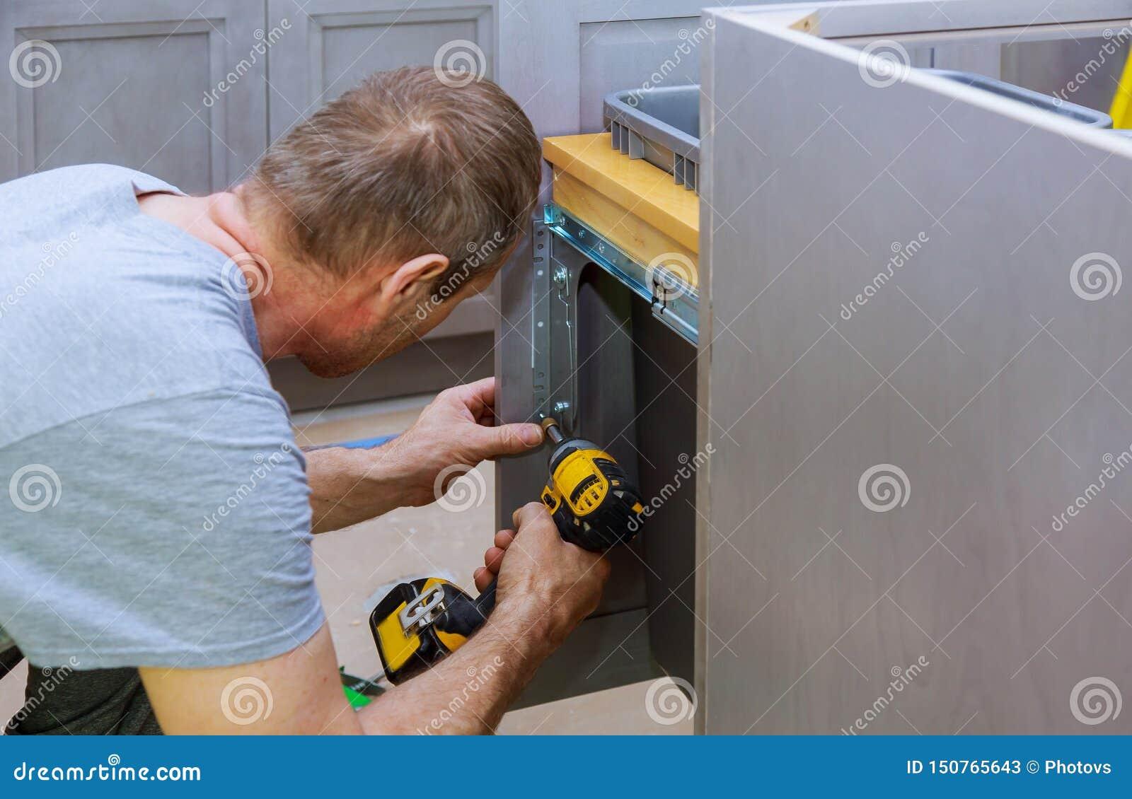 Escaninho de lixo instalado das gavetas com parte dianteira para o interior da gaveta para objetos pequenos