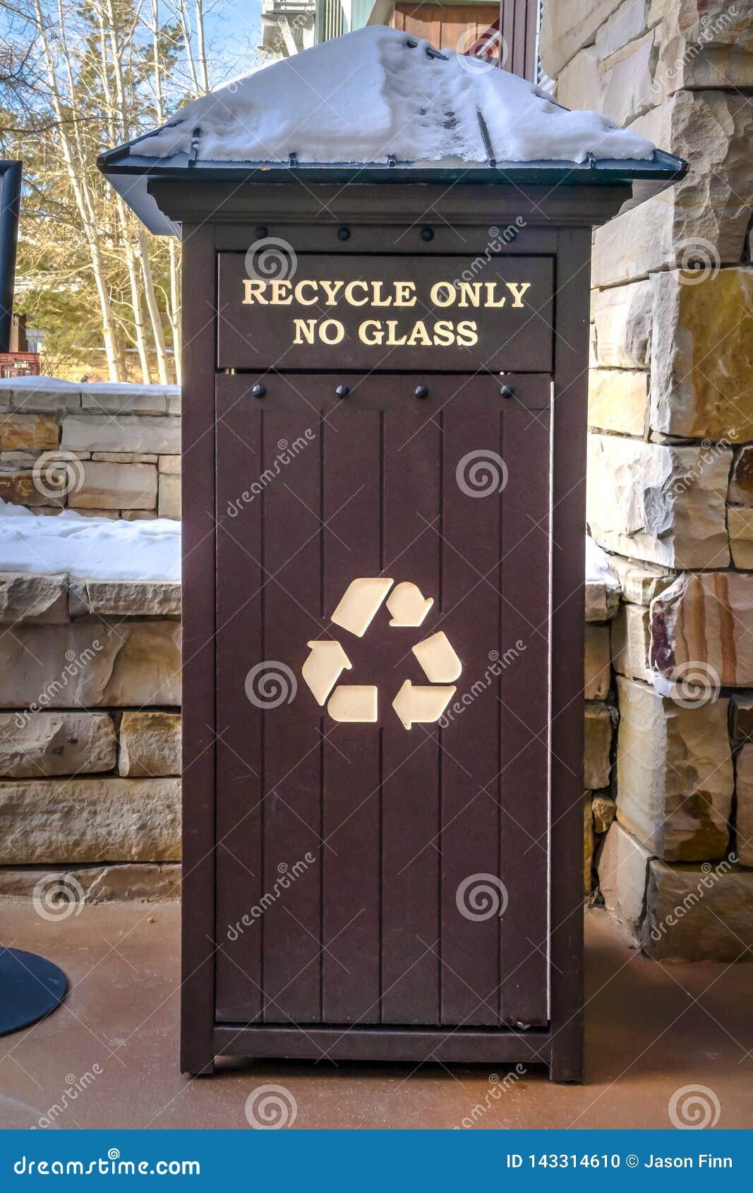 Escaninho de lixo nevado para alguns materiais recicláveis