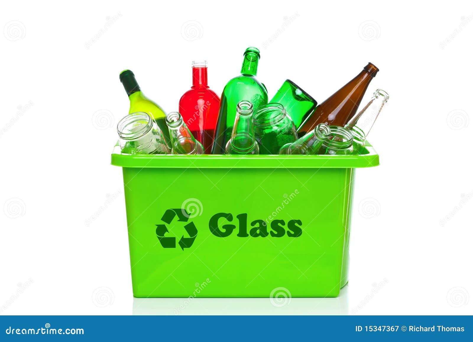 Escaninho de recicl do vidro verde isolado no branco