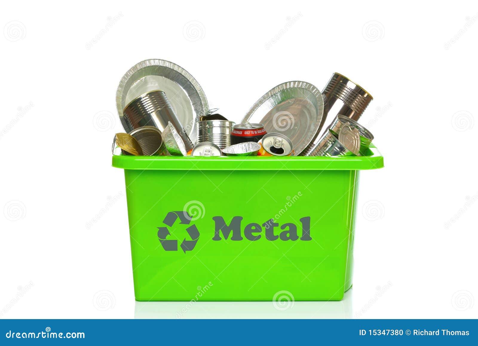 Escaninho de recicl verde do metal isolado no branco