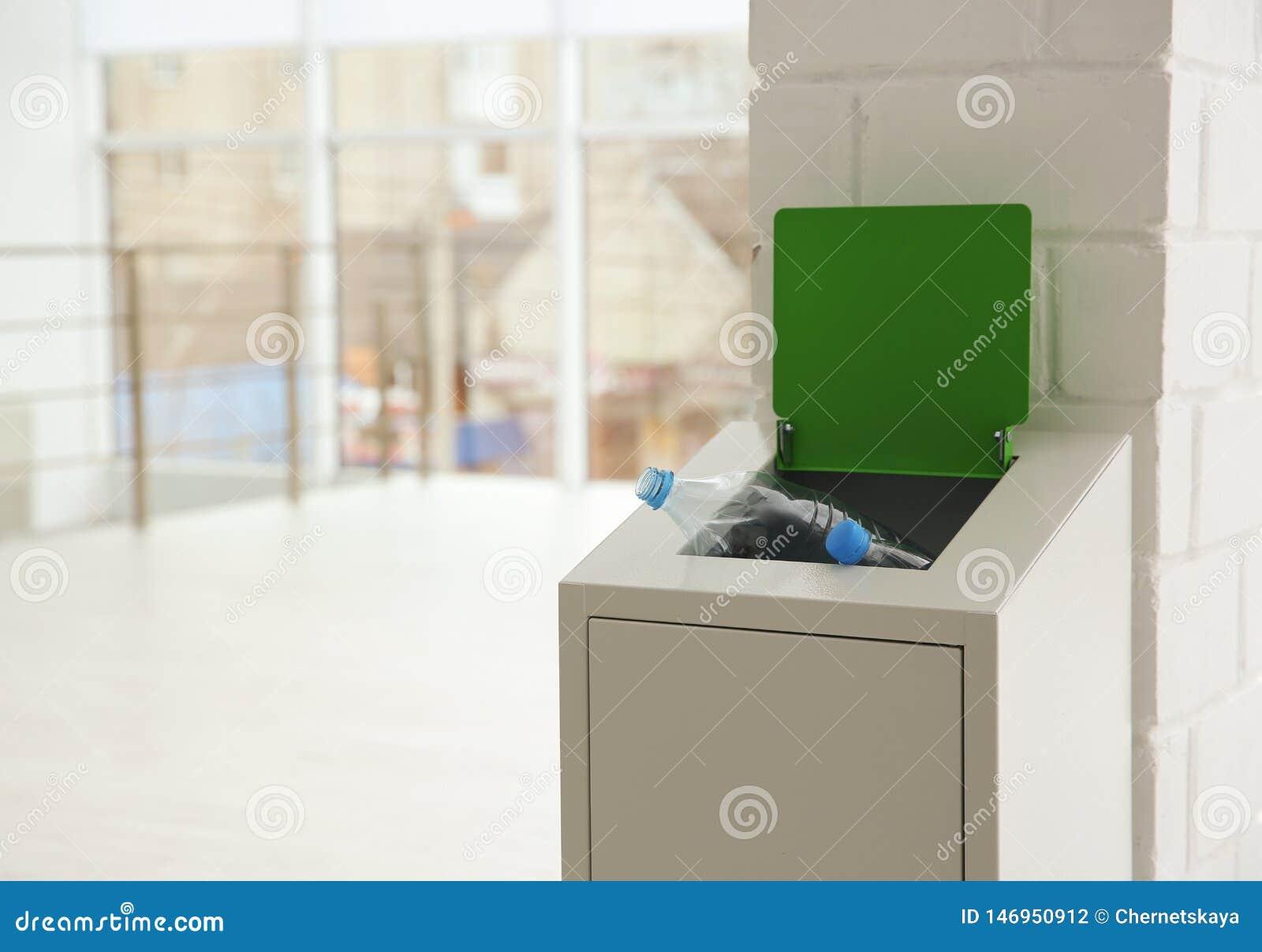 Escaninho do metal com lixo dentro Reciclagem de res?duos