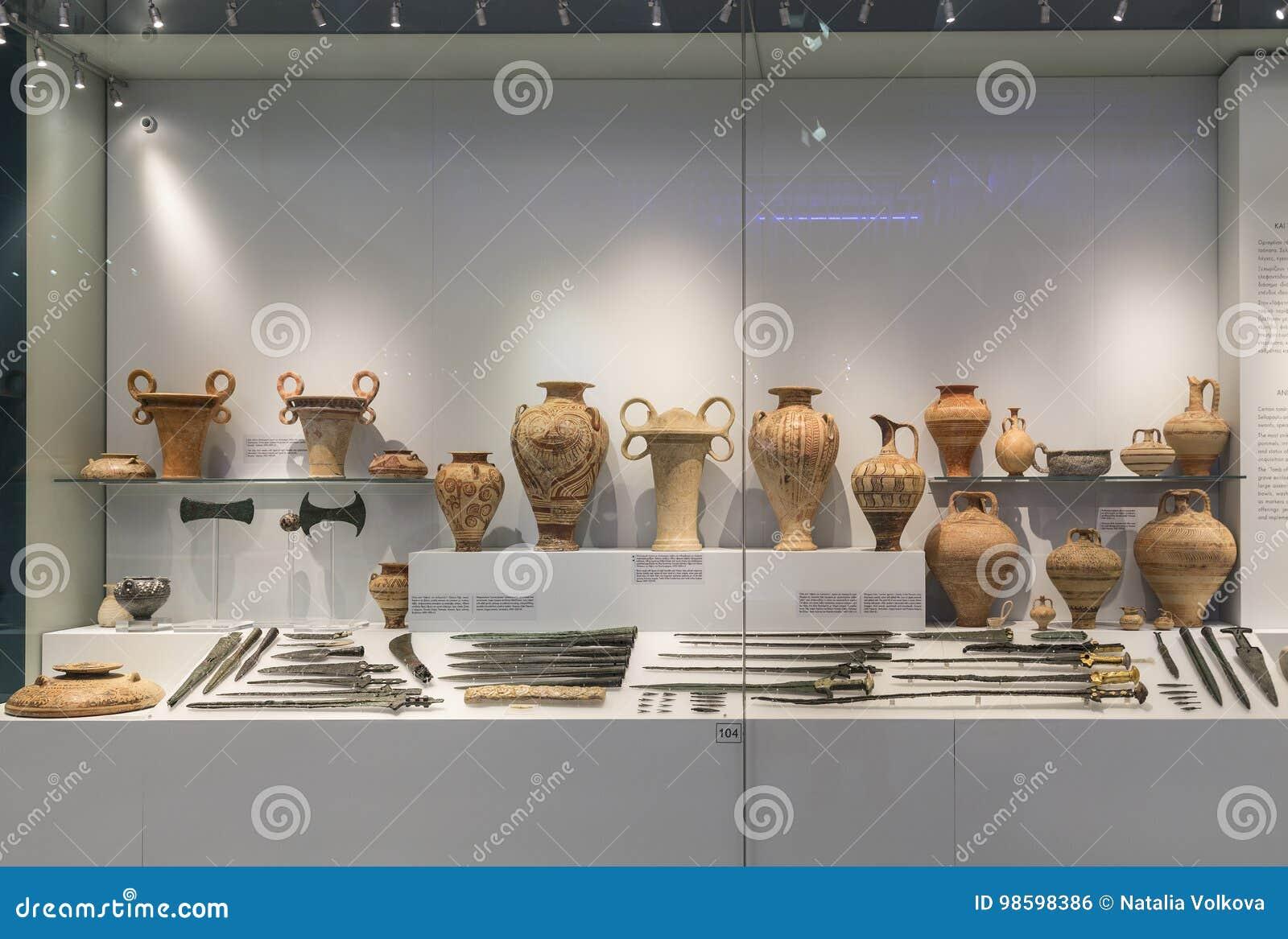 Escaparate de artefactos en el museo arqueológico en Heraklion, Creta,