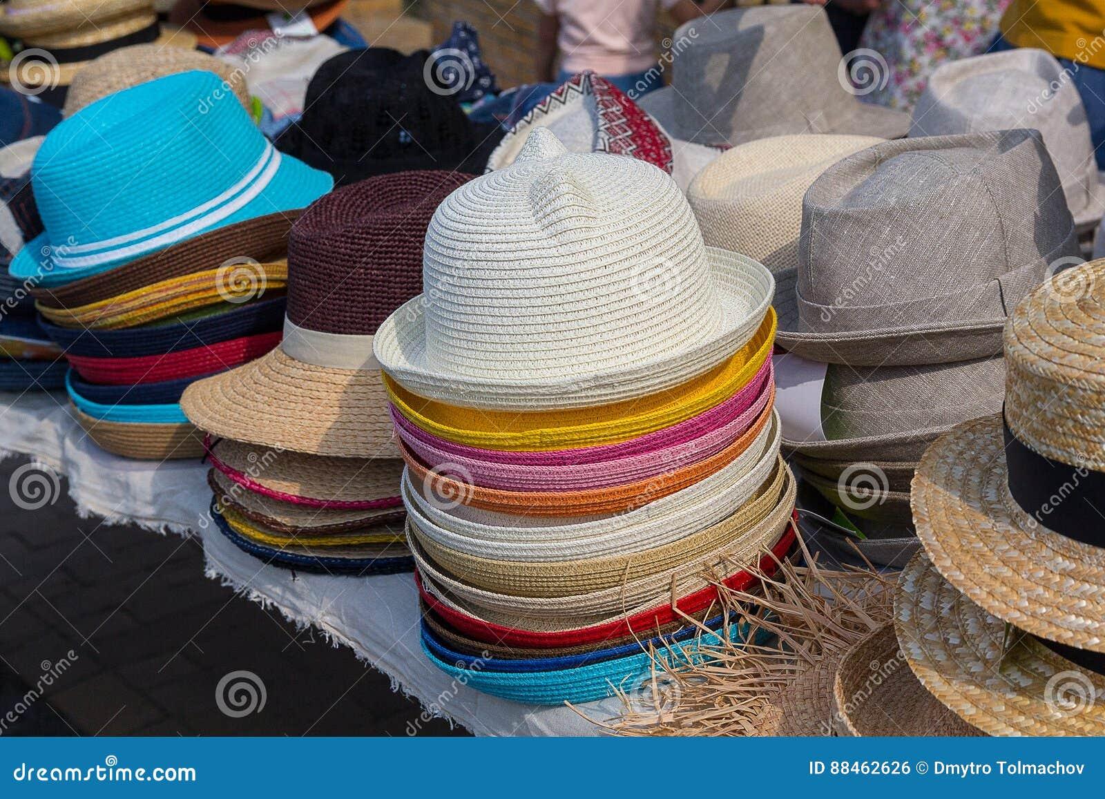 Escaparate variado de los sombreros de la moda en tienda del mercado libre 27b18b3e409