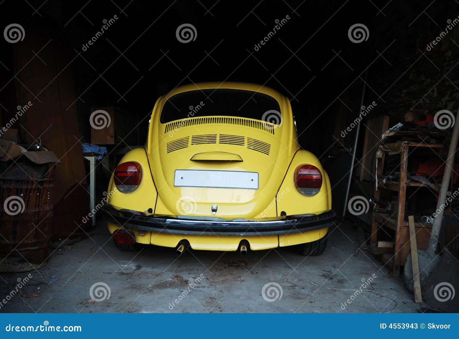 Escarabajo amarillo en garage