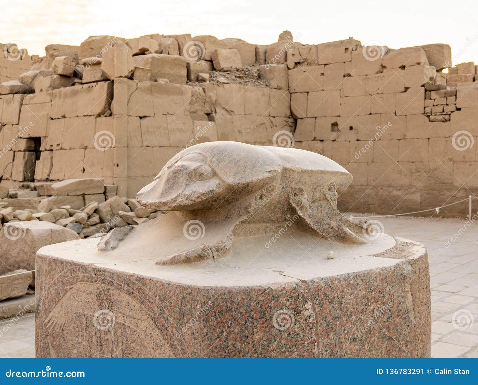 Escaravelho antigo do granito no templo de Karnak em Luxor, Egito