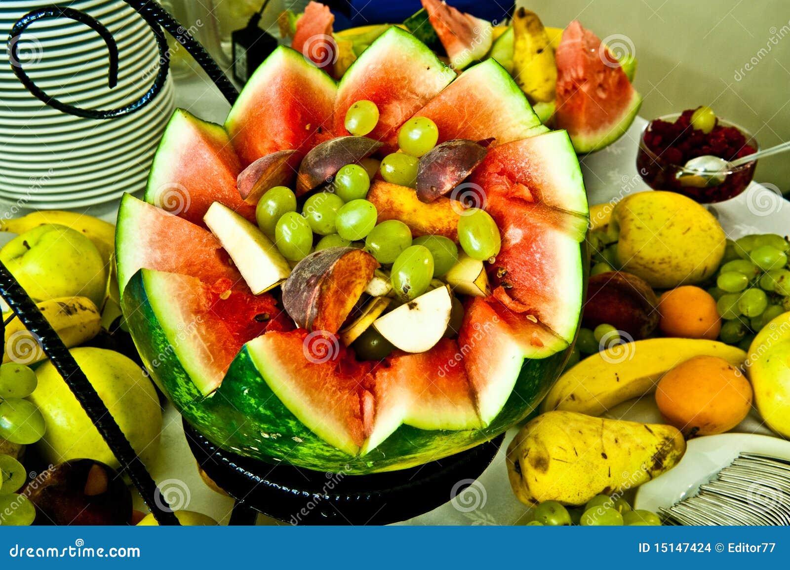 Escardar Las Frutas Clasificadas Del Arreglo Foto De
