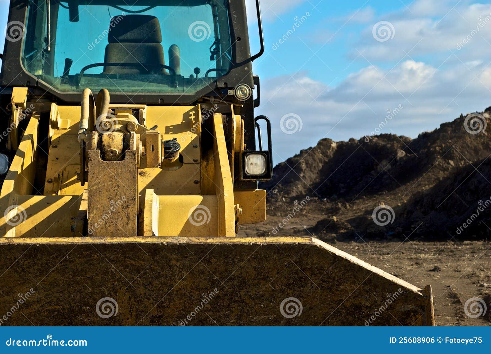 Escavadora e sujeira no local do contruction