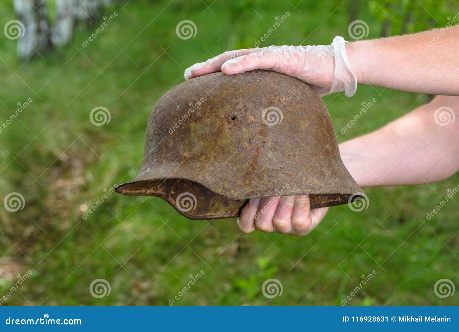 Escavando na floresta o capacete alemão M35 imitation Recuperação WW2 Rússia
