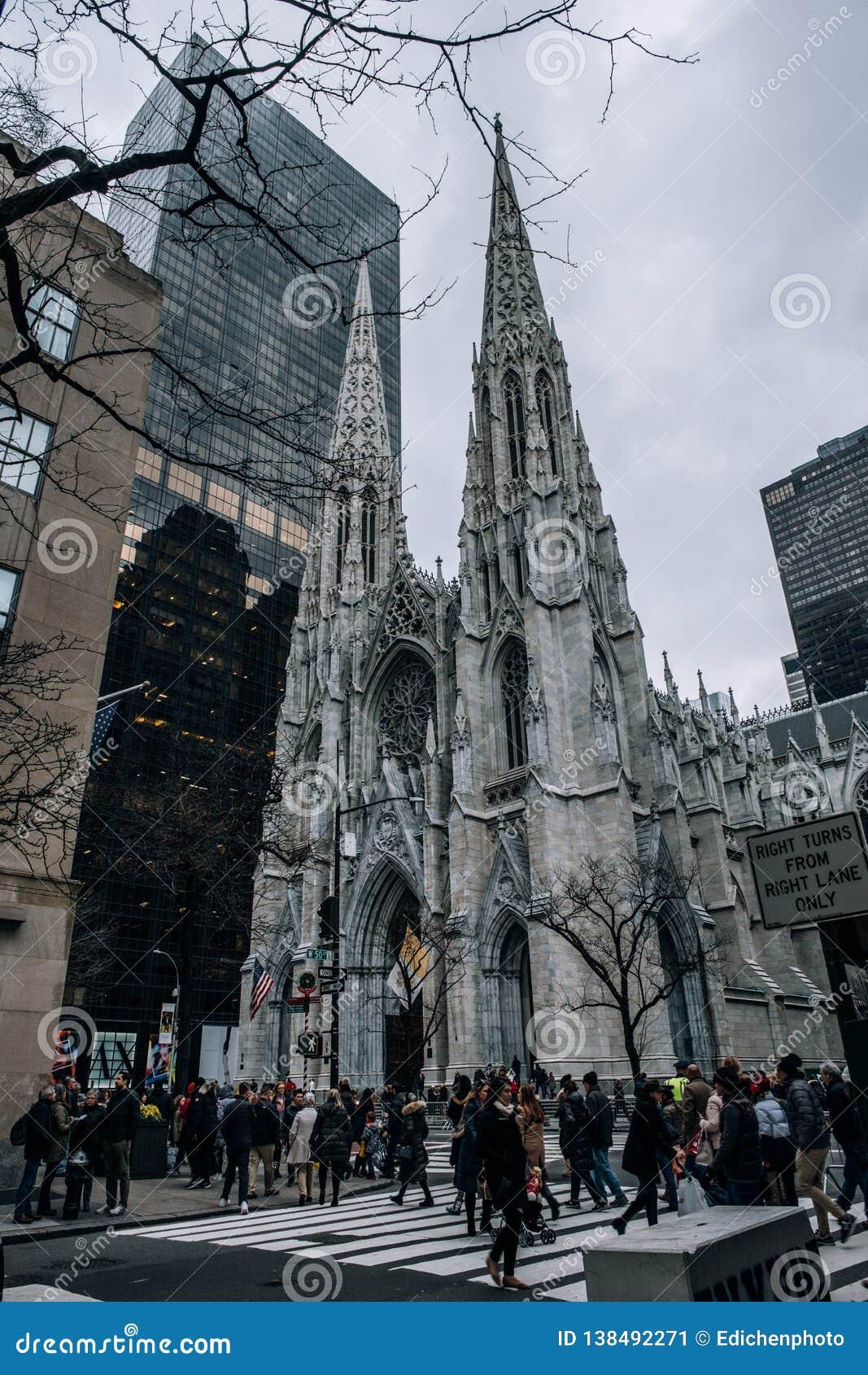 Escena de la calle de la catedral de St Patrick en el Midtown Manhattan Iglesia neogótica a partir de 1879 con los chapiteles gem