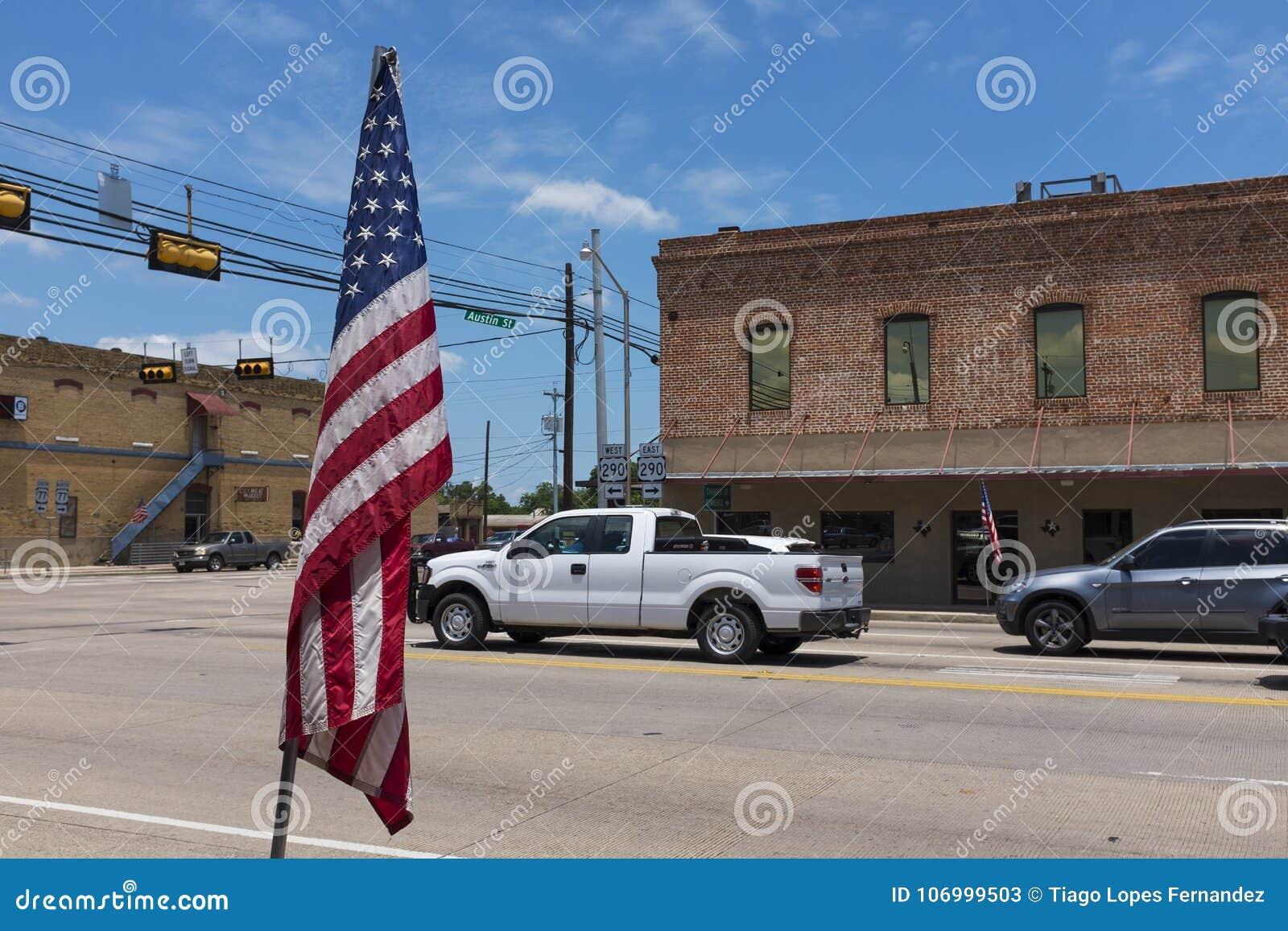 Escena de la calle en la ciudad de Giddings en la intersección de U S Carreteras 77 y 290 en Tejas