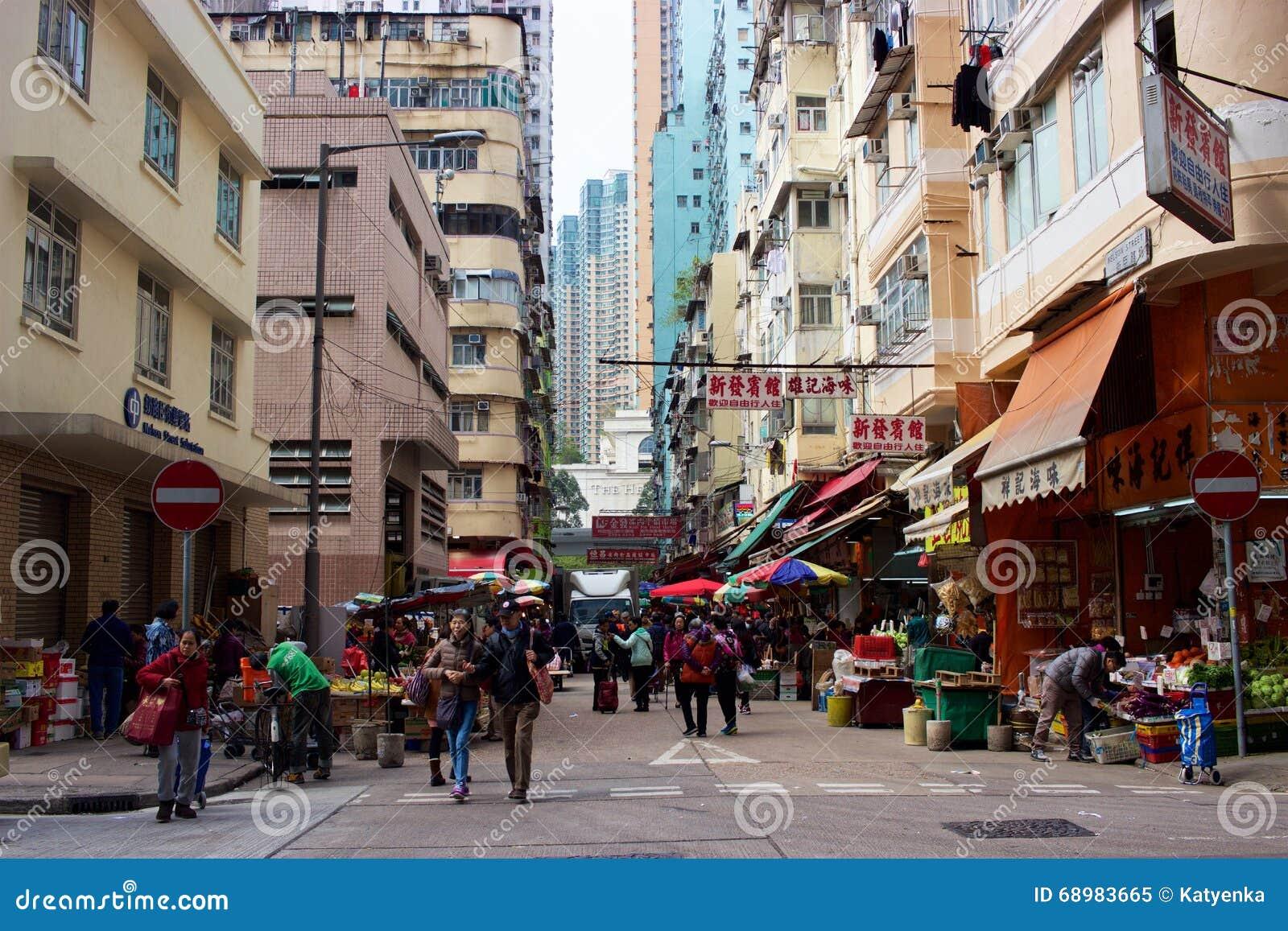 Escena de la calle en Hong Kong: rascacielos, gente, mercado, señalización