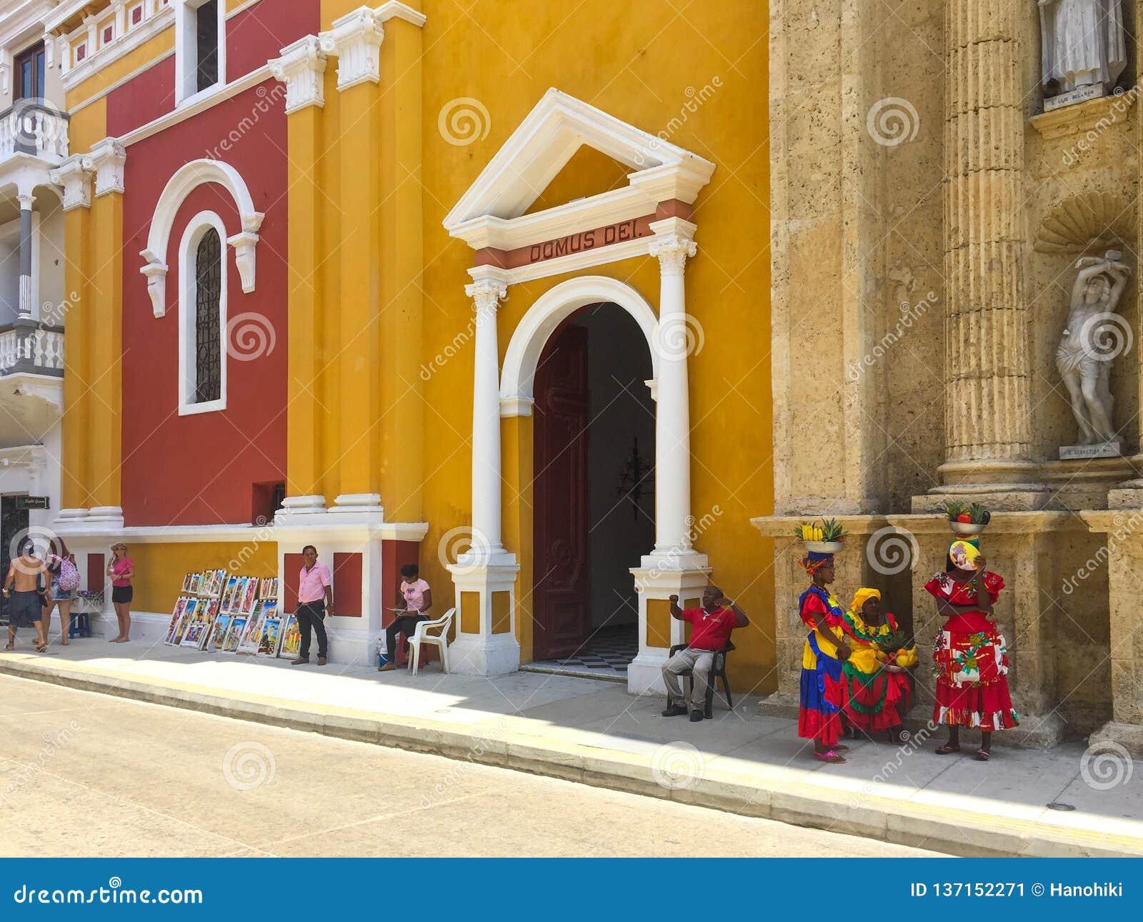Escena de la calle y fachadas constructivas coloridas de la ciudad vieja en Cartagena, Colombia