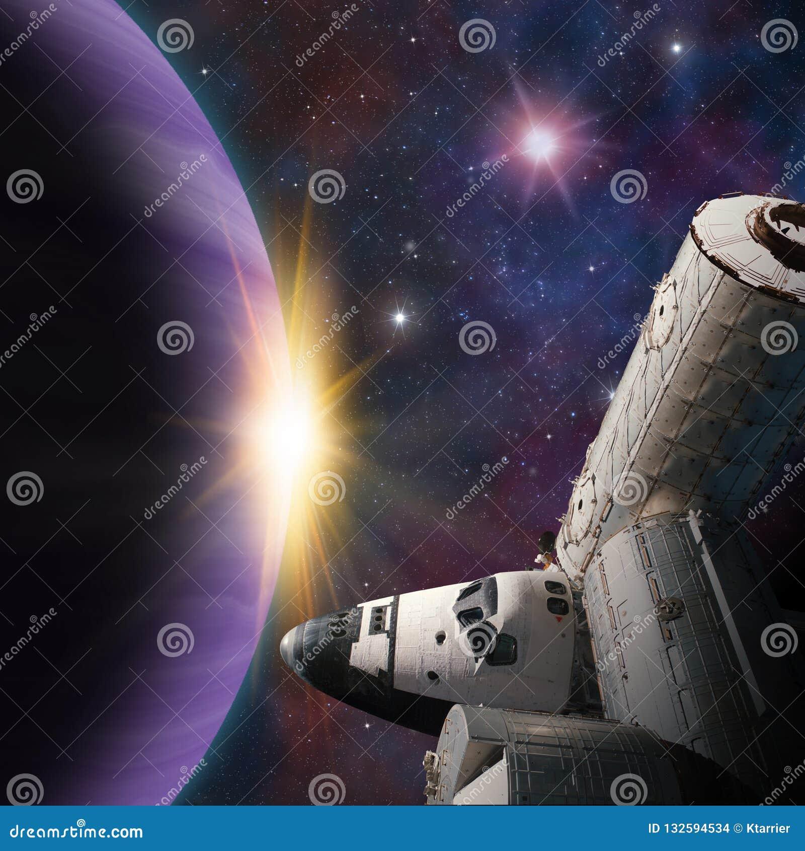 Escena de la fantasía de la estación espacial de la lanzadera cerca del planeta extranjero