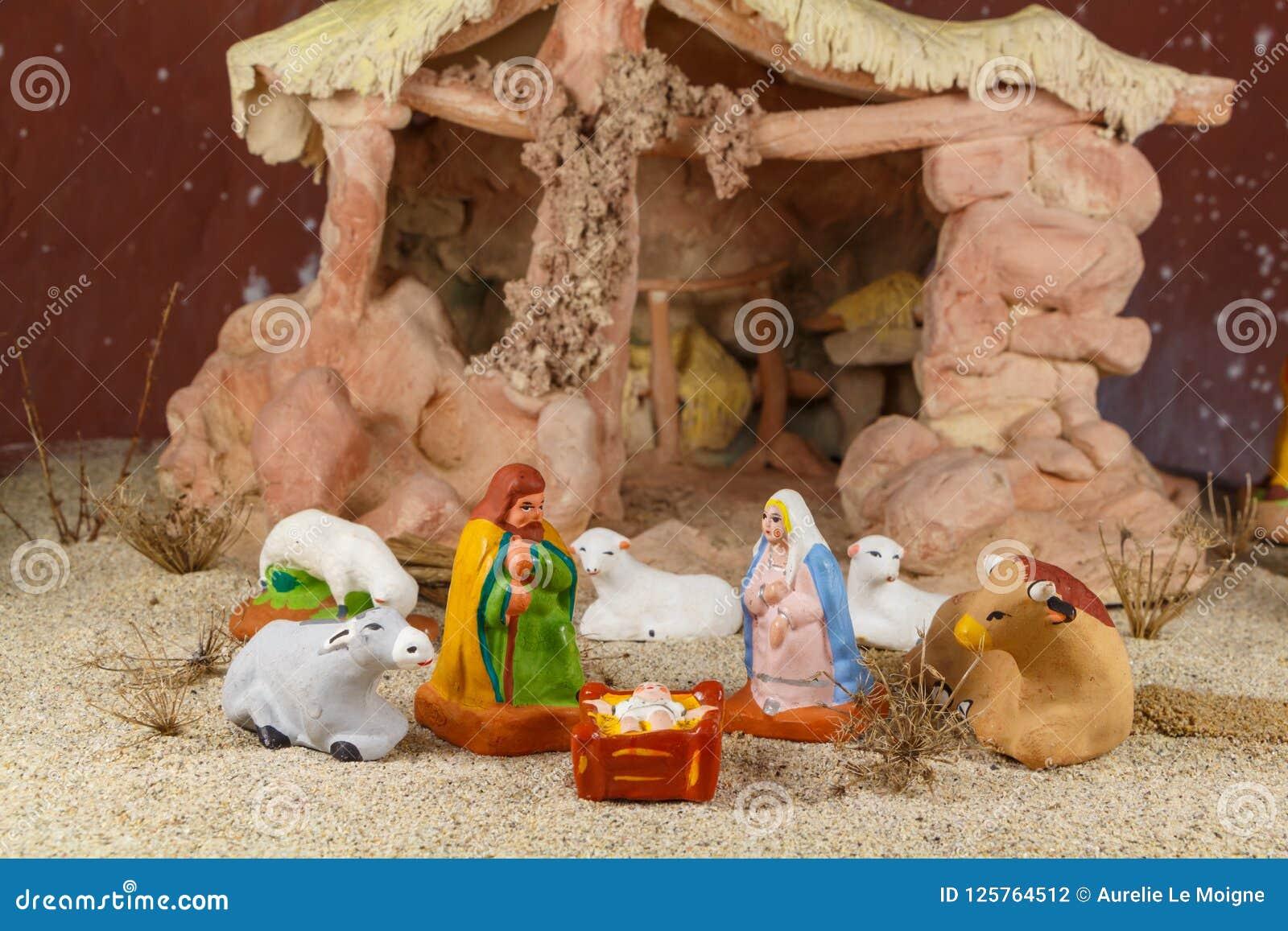 Escena de la natividad con las figuras provencal del pesebre de la Navidad