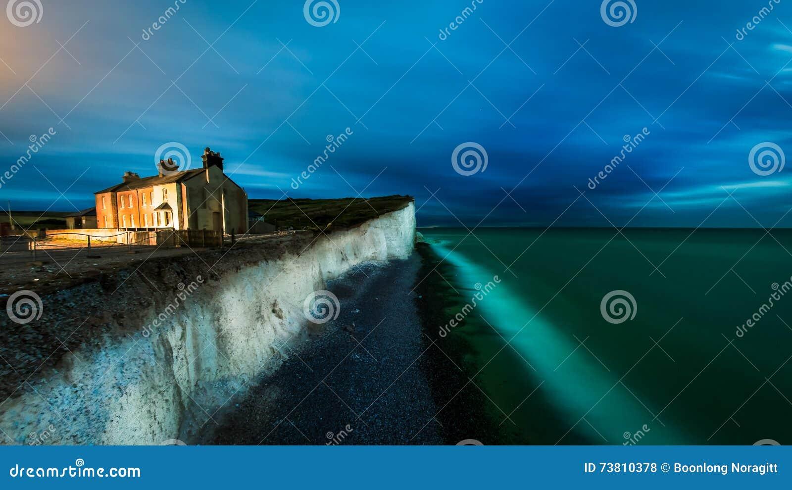 Escena de la noche en la playa de la cabeza con playas