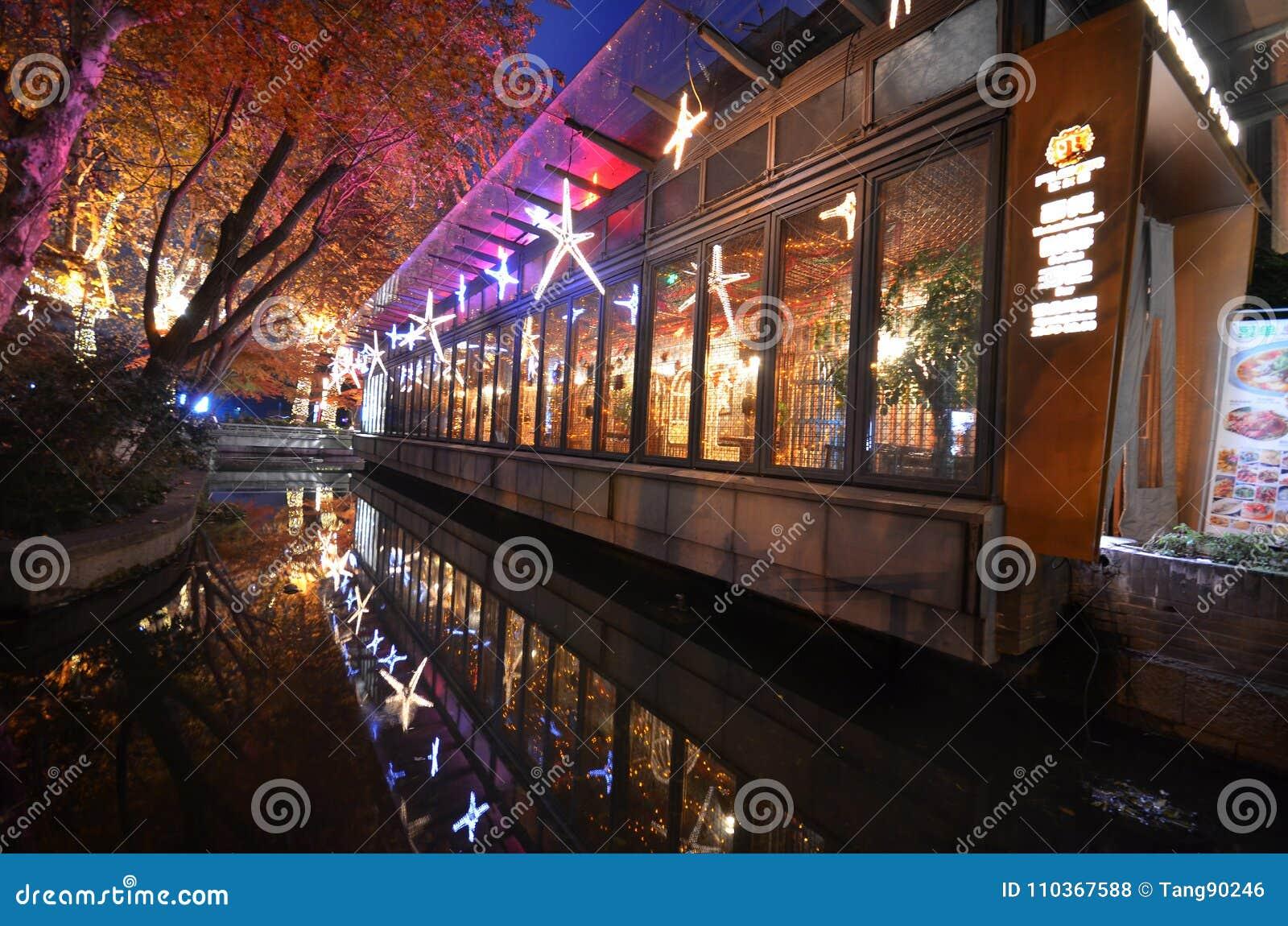 Escena de la noche de Xihu Tiandi en Hangzhou, China