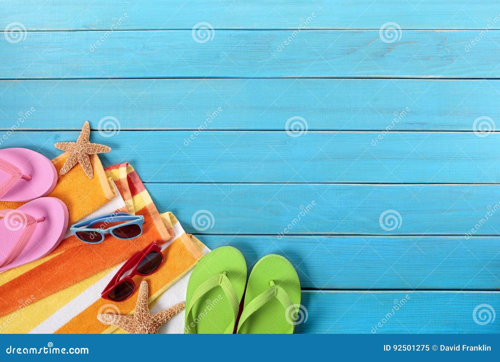 Escena de la playa con decking de madera azul