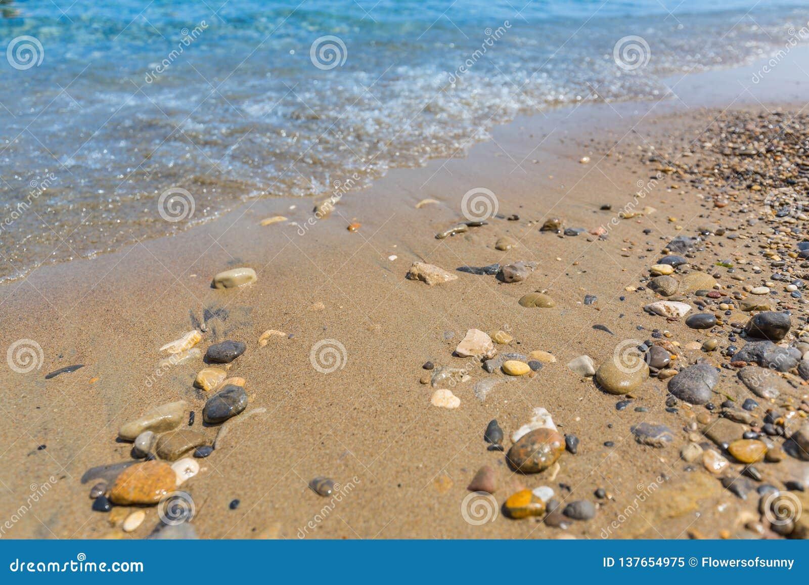 Escena de la playa, rocas y pequeñas ondas, paisaje tranquilo de la costa