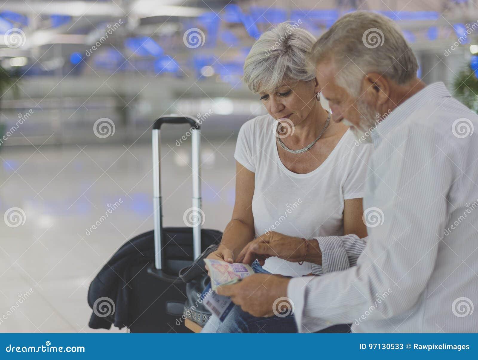 Escena del aeropuerto de los pares que viaja mayores