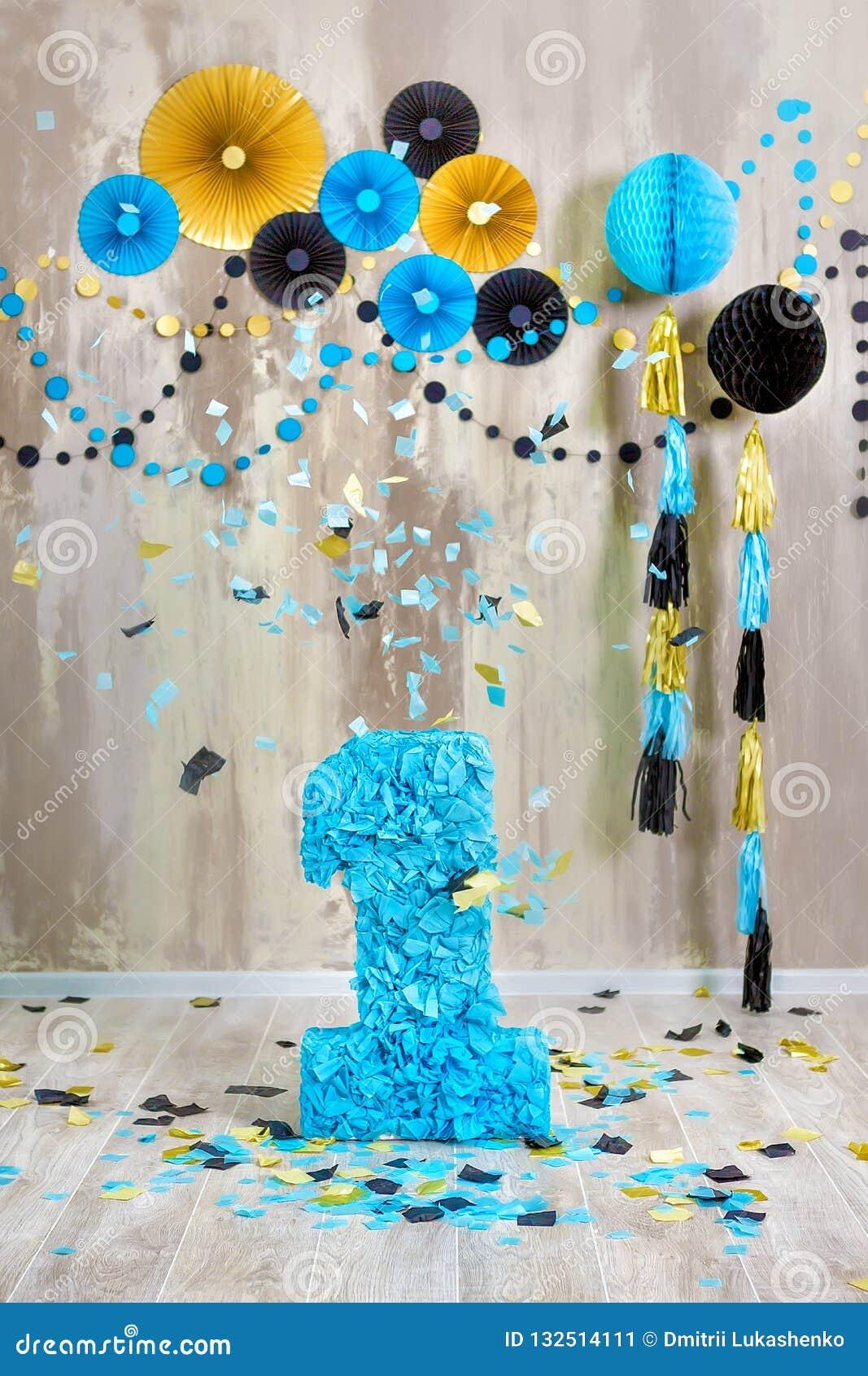 Escena Del Estudio Para Celebrar El Cumpleaños Del Niño De Un Año Con Las Decoraciones De La Decoración De La Suposición En La Pa Imagen De Archivo Imagen De Artista Holiday