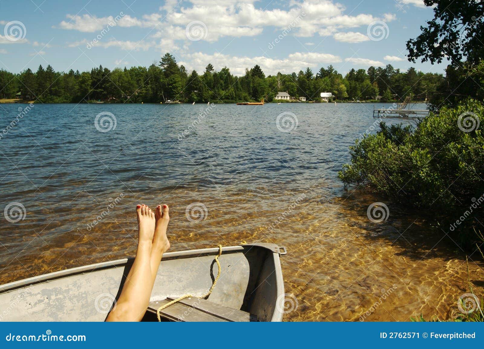 Escena del lago el día de verano