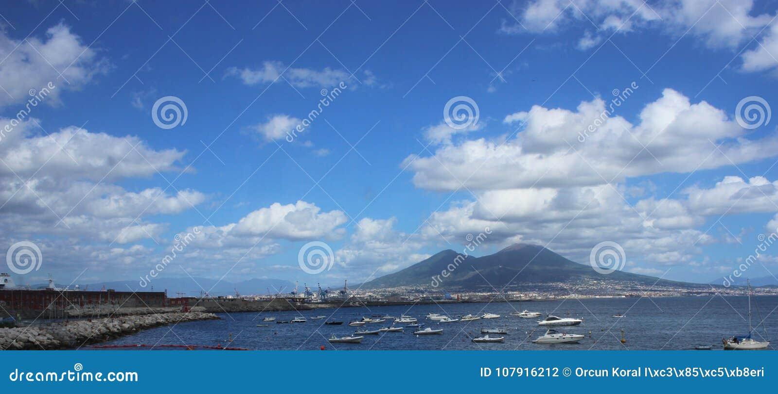 Escena del mar de Panaromic de Napoli, Italia