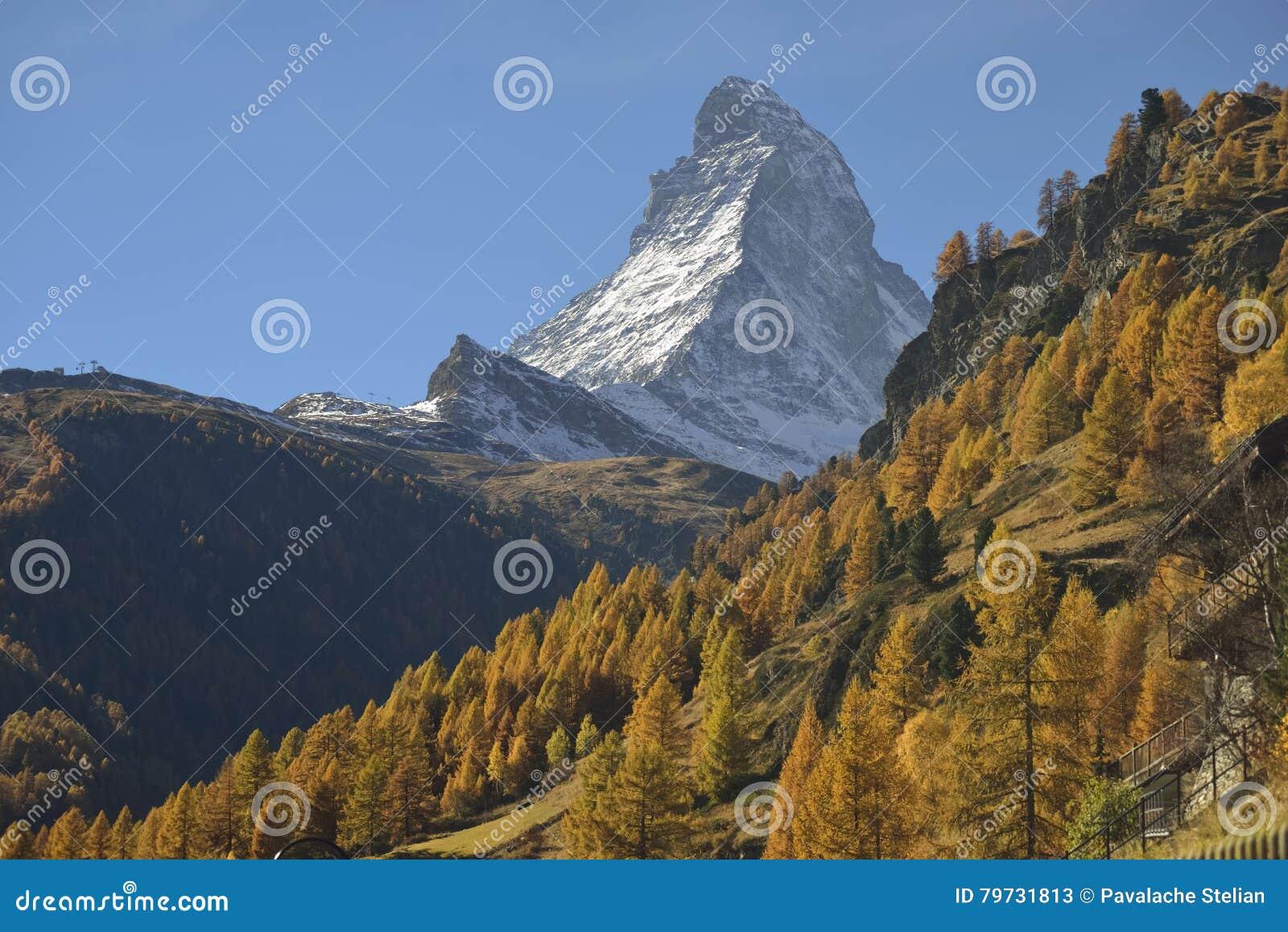 Escena del otoño en Zermatt con la montaña de Cervino