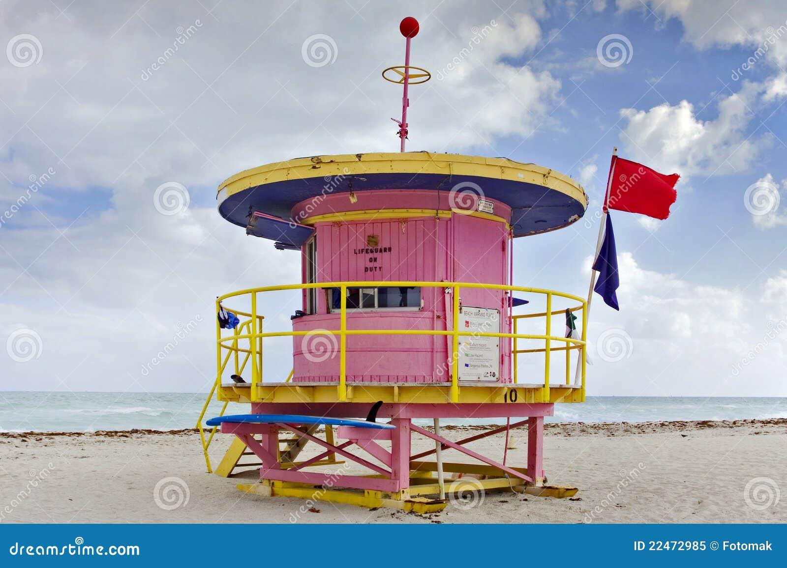 Escena del verano con una casa del salvavidas en Miami Beach
