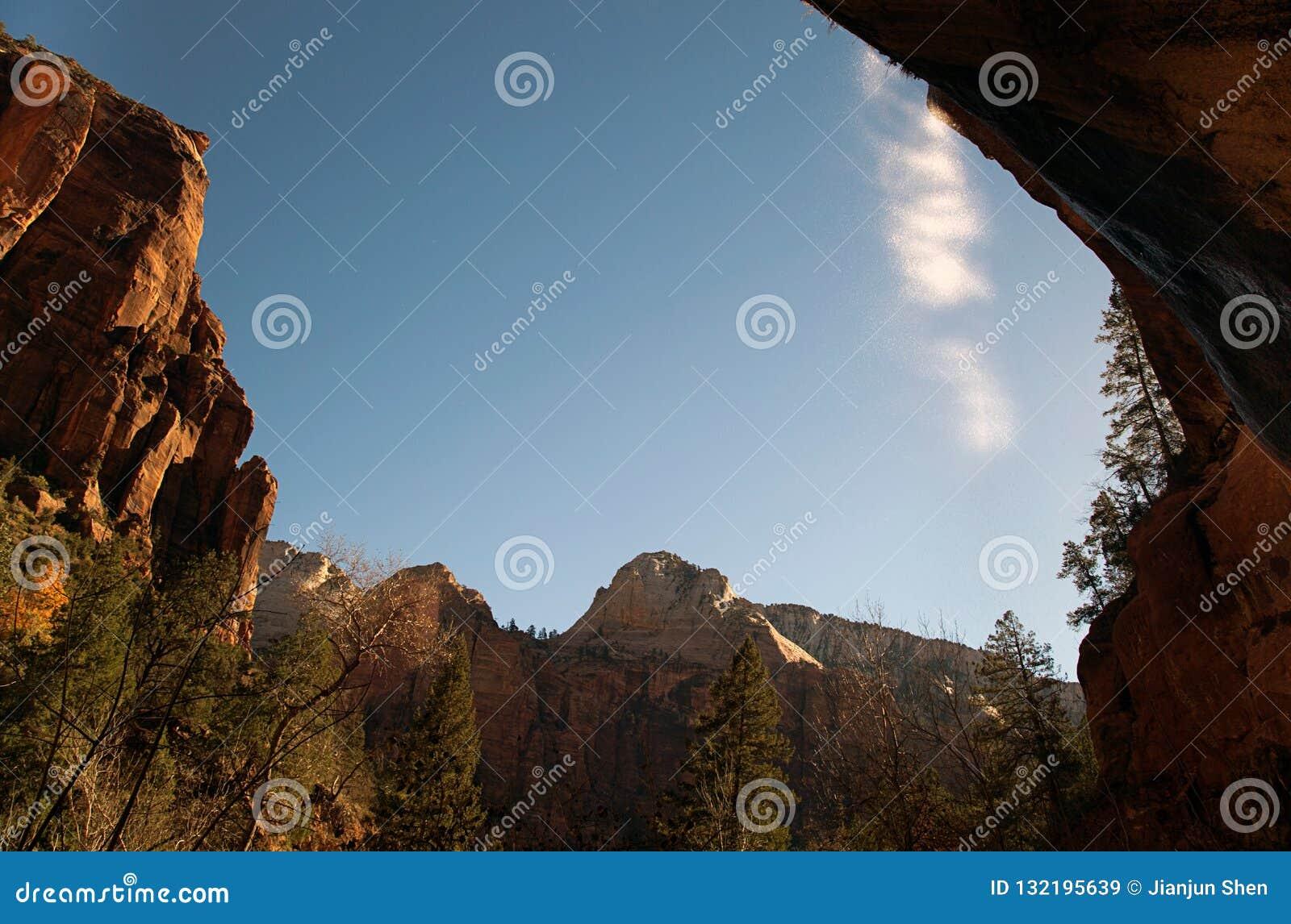 Escena en el parque nacional del barranco de Bryce en invierno con caídas del agua