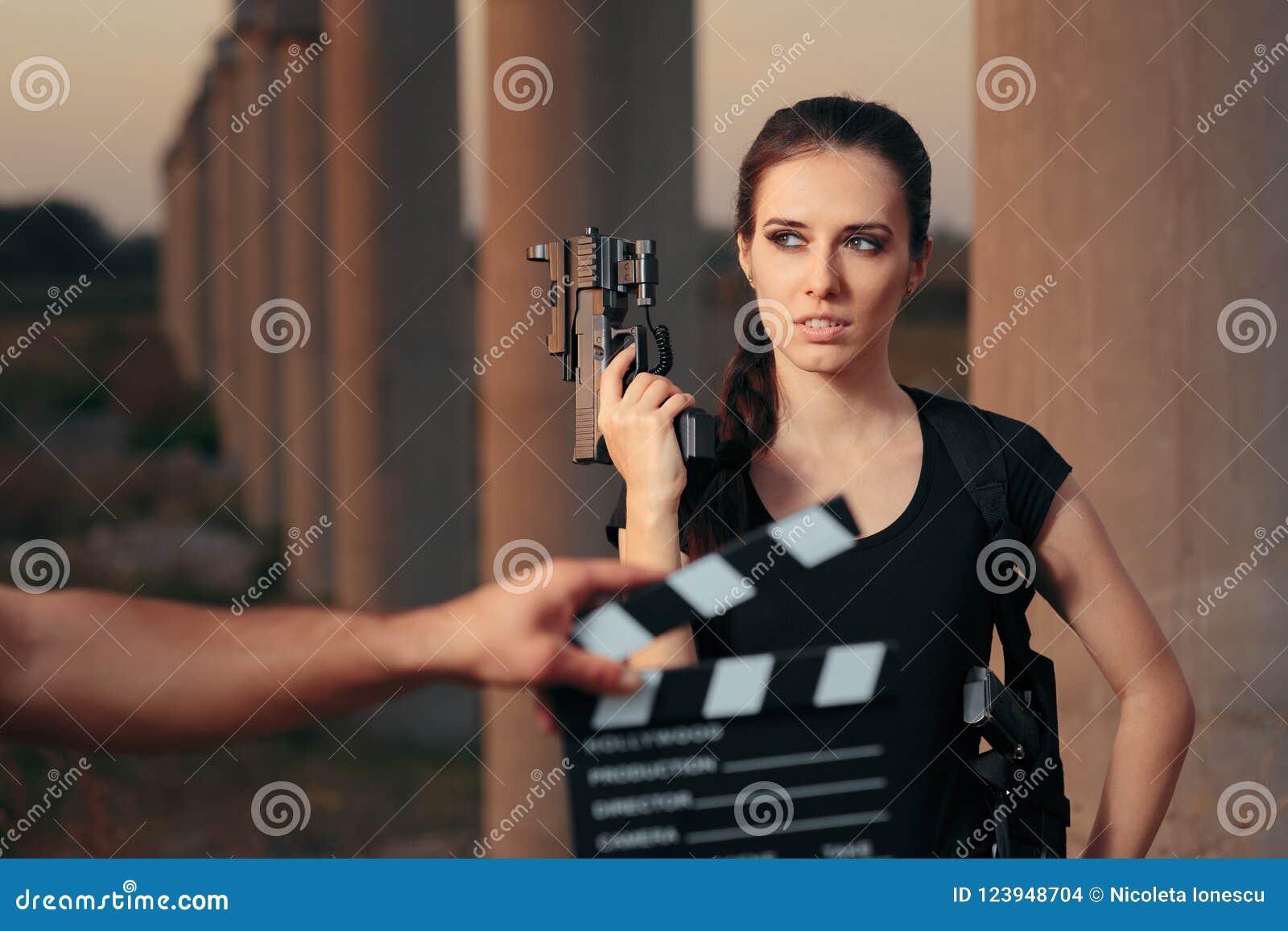 Escena femenina del tiroteo de la estrella de cine de la actriz del super héroe de la acción