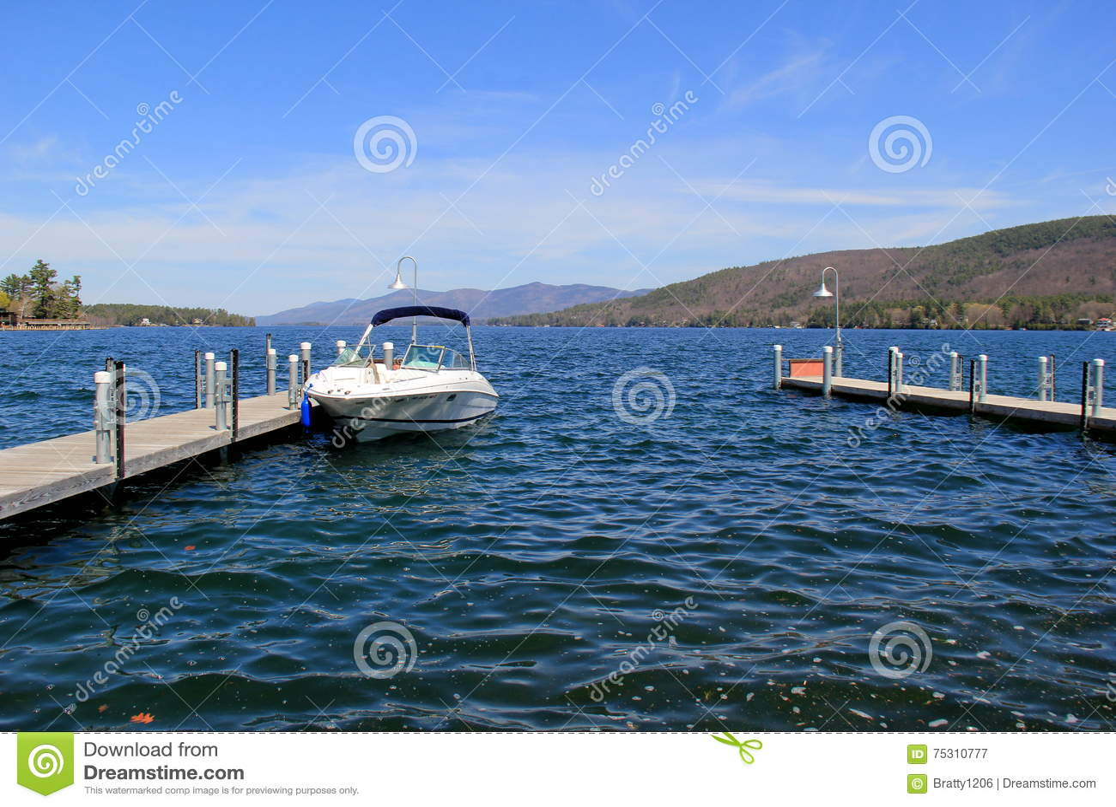 Escena hermosa de los embarcaderos largos y de los barcos amarrados, lago George, Nueva York, 2016