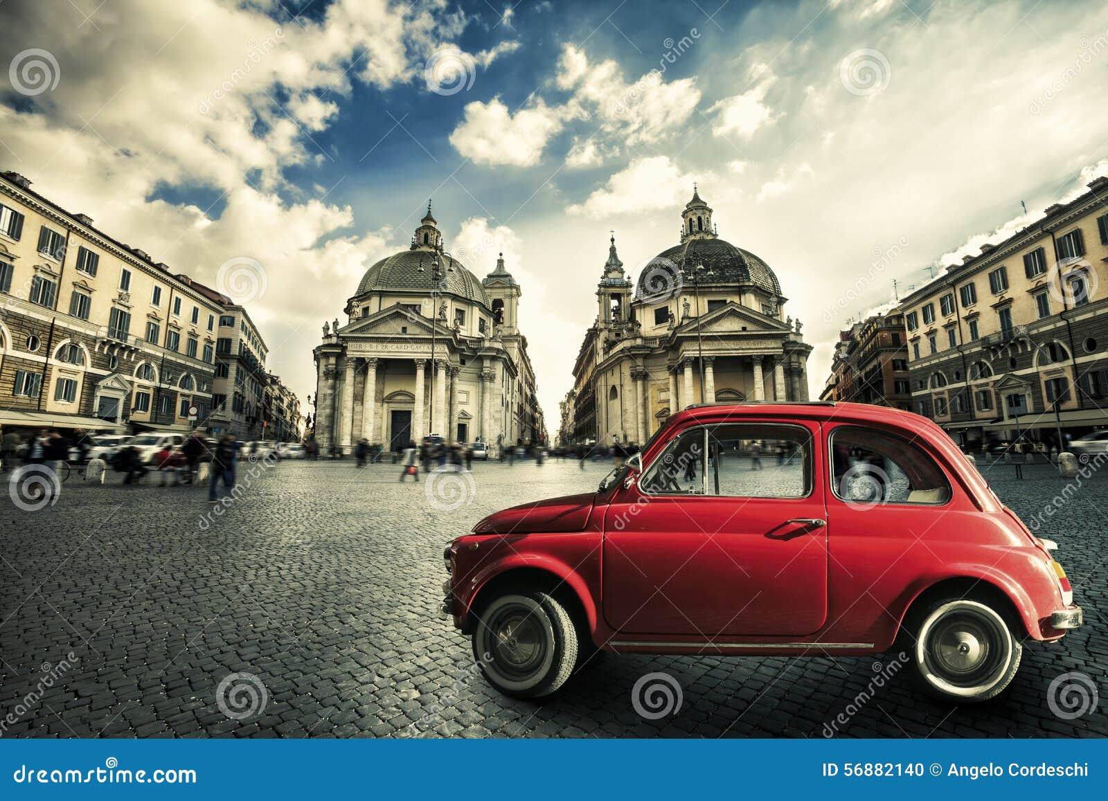 Escena italiana del coche rojo viejo del vintage en el centro histórico de Roma Italia