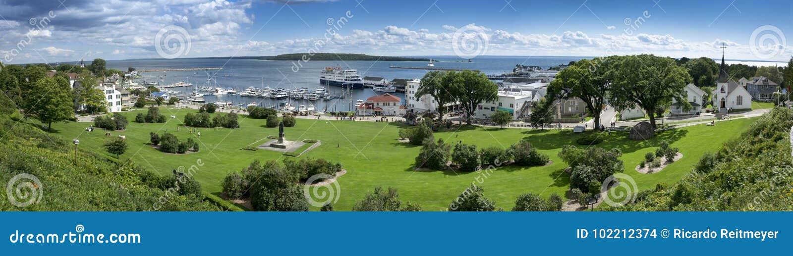 Escena panorámica hermosa de la isla Michigan de Mackinac y del puerto deportivo del puerto del estado