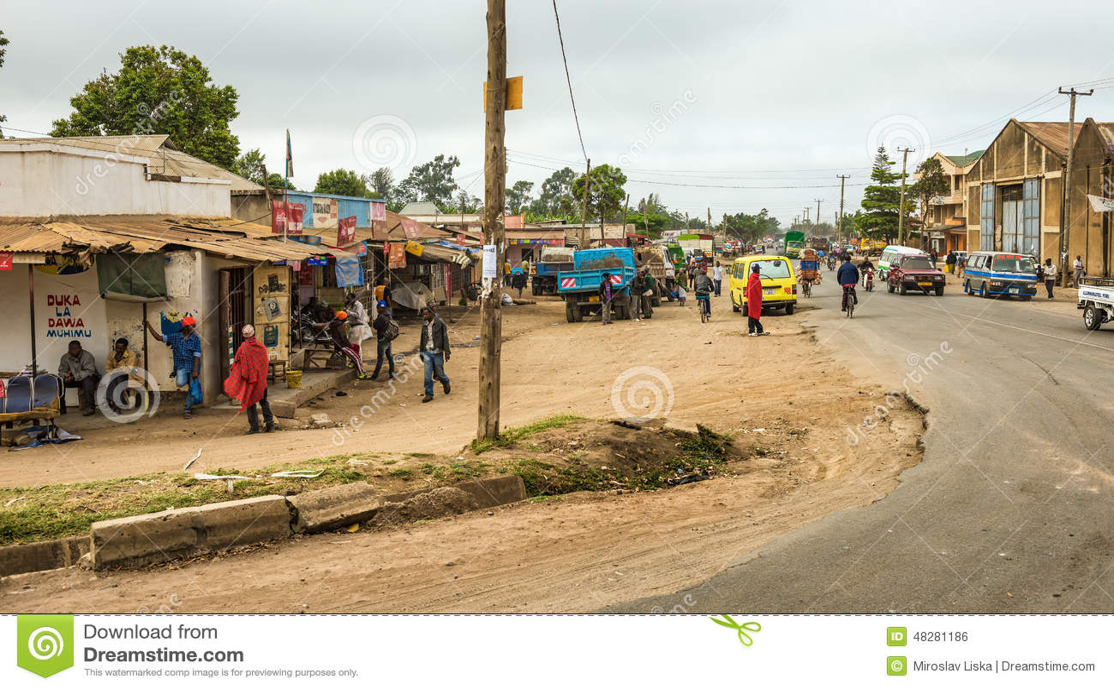 Escena típica de la calle en Arusha, Tanzania
