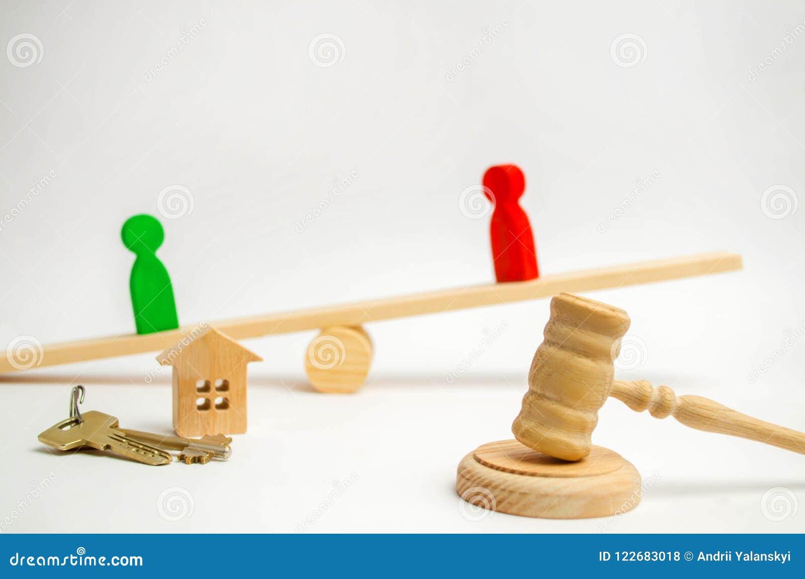 Esclarecimento da posse da casa Figuras de madeira dos povos rivais no suporte do negócio nas escalas competitio, experimentação,