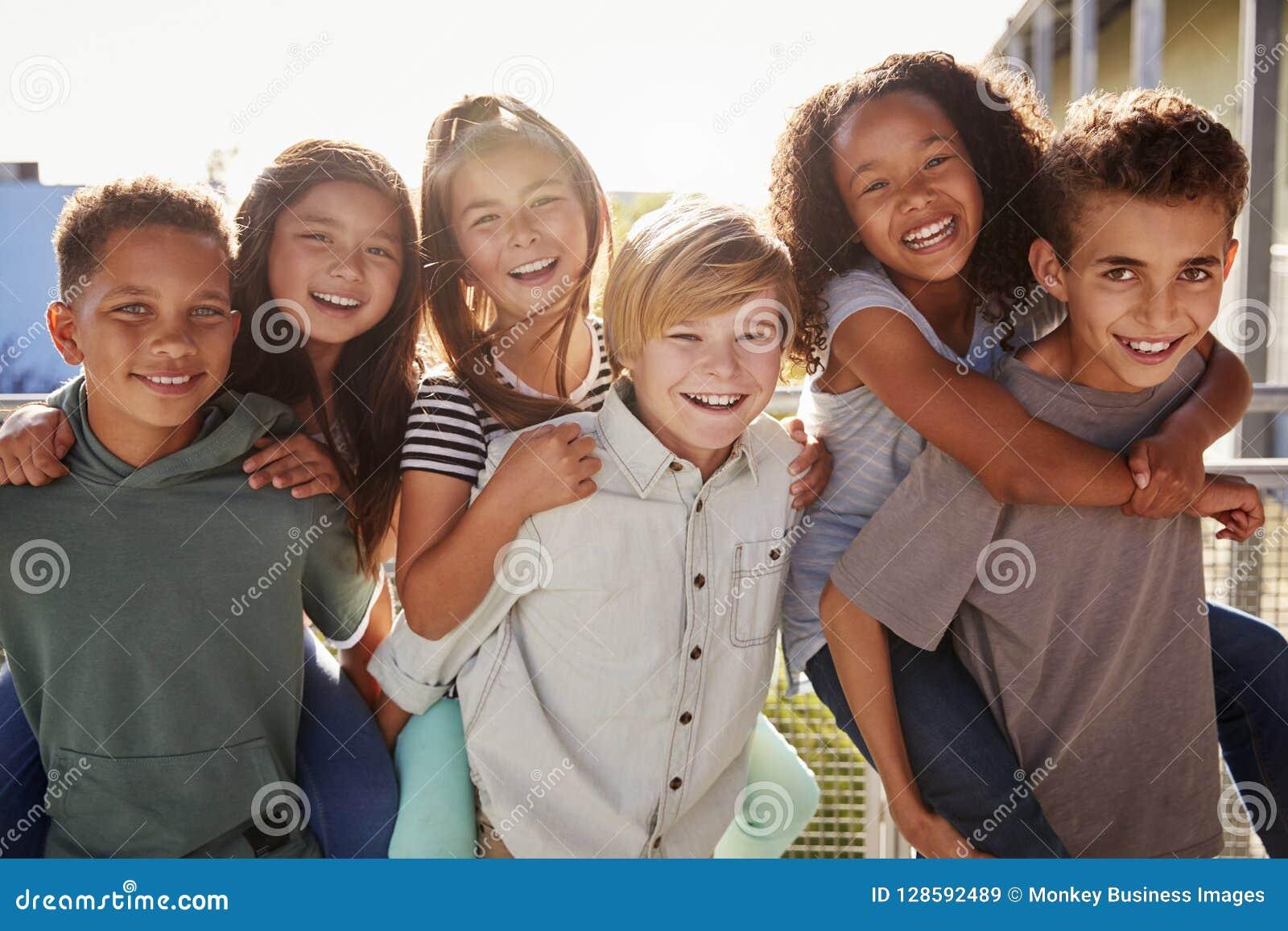A escola primária caçoa o sorriso à câmera no tempo da ruptura