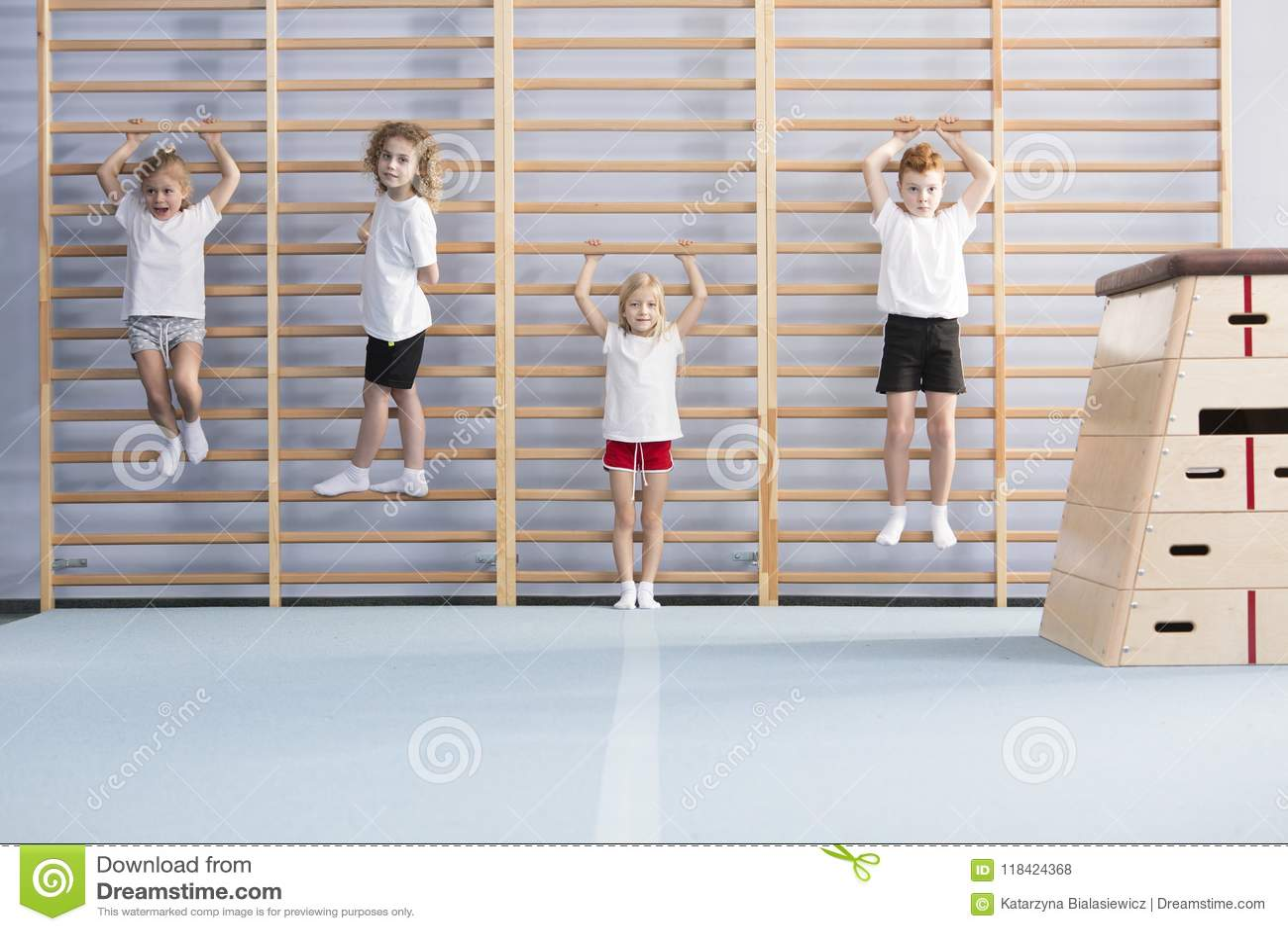 Escolares en barras de pared